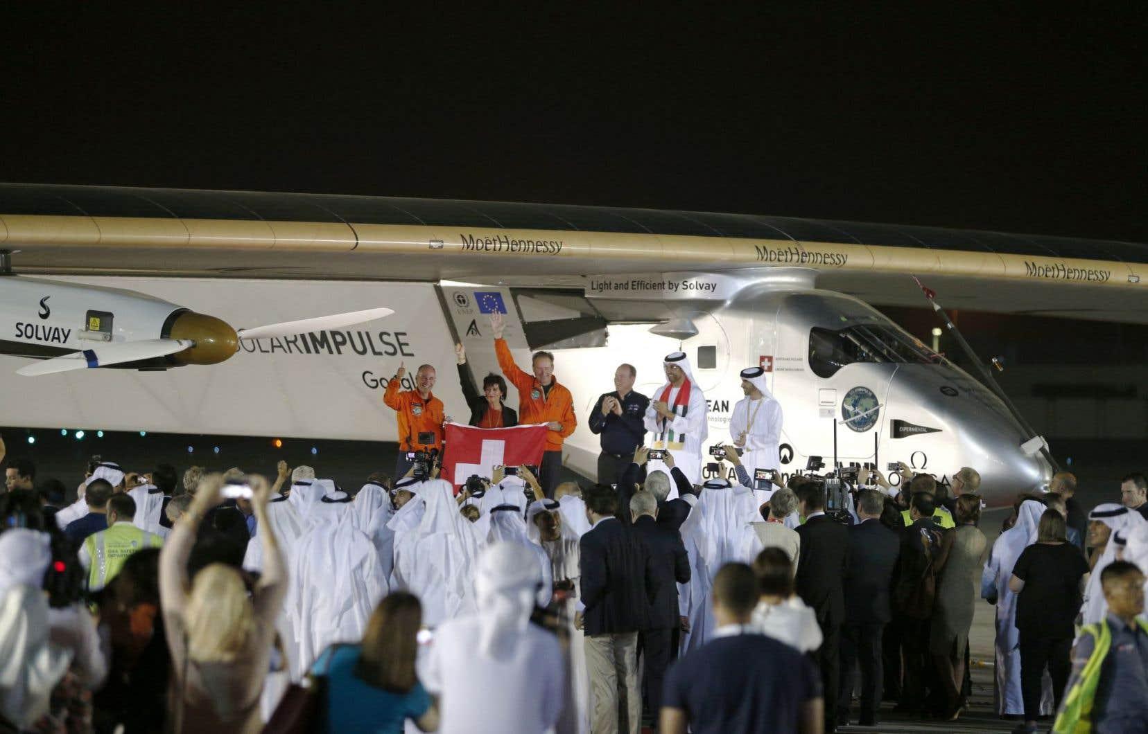 Solar Impulse 2 (SI2) a atterri mardi à Abou Dhabi à 00 h 05 GMT à l'aéroport Al-Batten, près de la capitale des Émirats arabes unis.