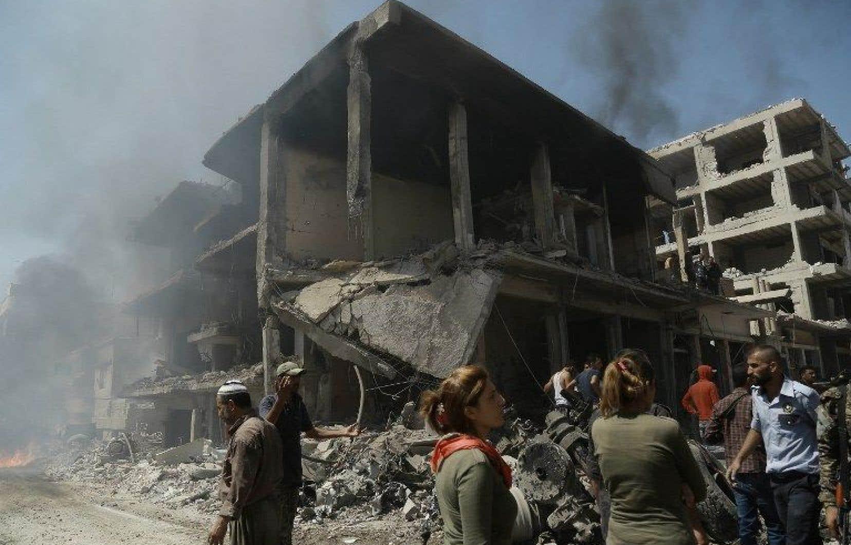 Des images de l'attentat montrent un secteur dévasté, une chaussée recouverte de débris et plusieurs immeubles très endommagés.
