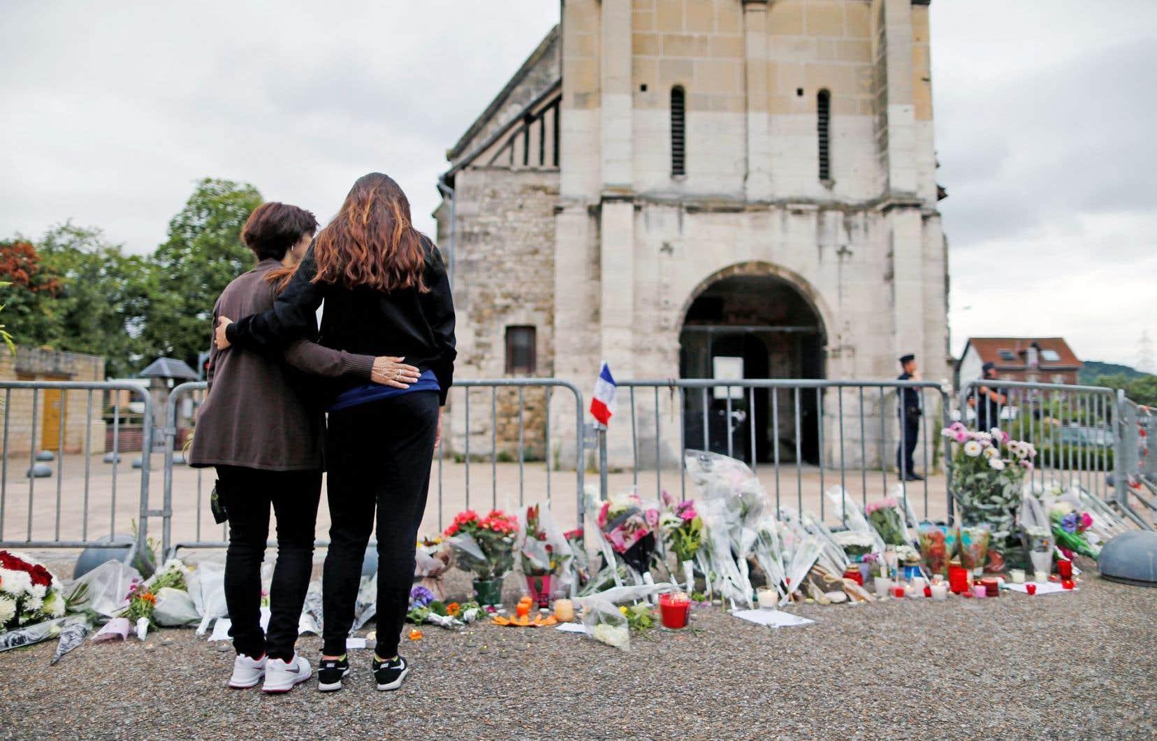 Des gerbes de fleurs ont été déposées mercredi devant l'église de Saint-Étienne-du-Rouvray, où un prêtre a été assassiné mardi. À Paris, dignitaires religieux français et politiciens ont assisté à une messe hommage à la cathédrale Notre-Dame-de-Paris.