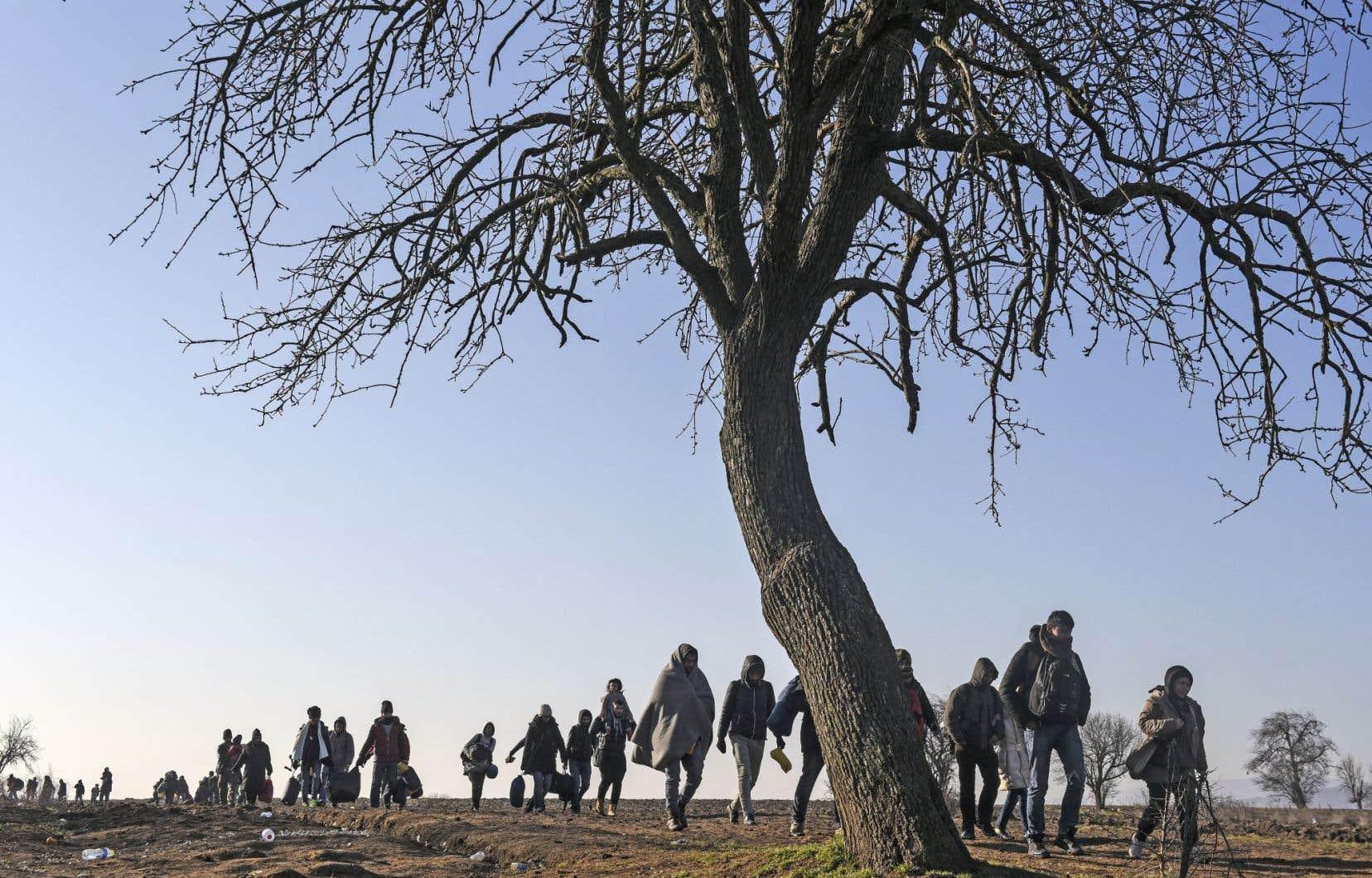 Des réfugiés cheminant en Serbie, en janvier dernier. L'exode de centaines de milliers de Syriens et d'Irakiens vers le continent européen met à mal une partie du discours du groupe État Islamique, qui voudrait les voir rejoindre les terres du «califat».