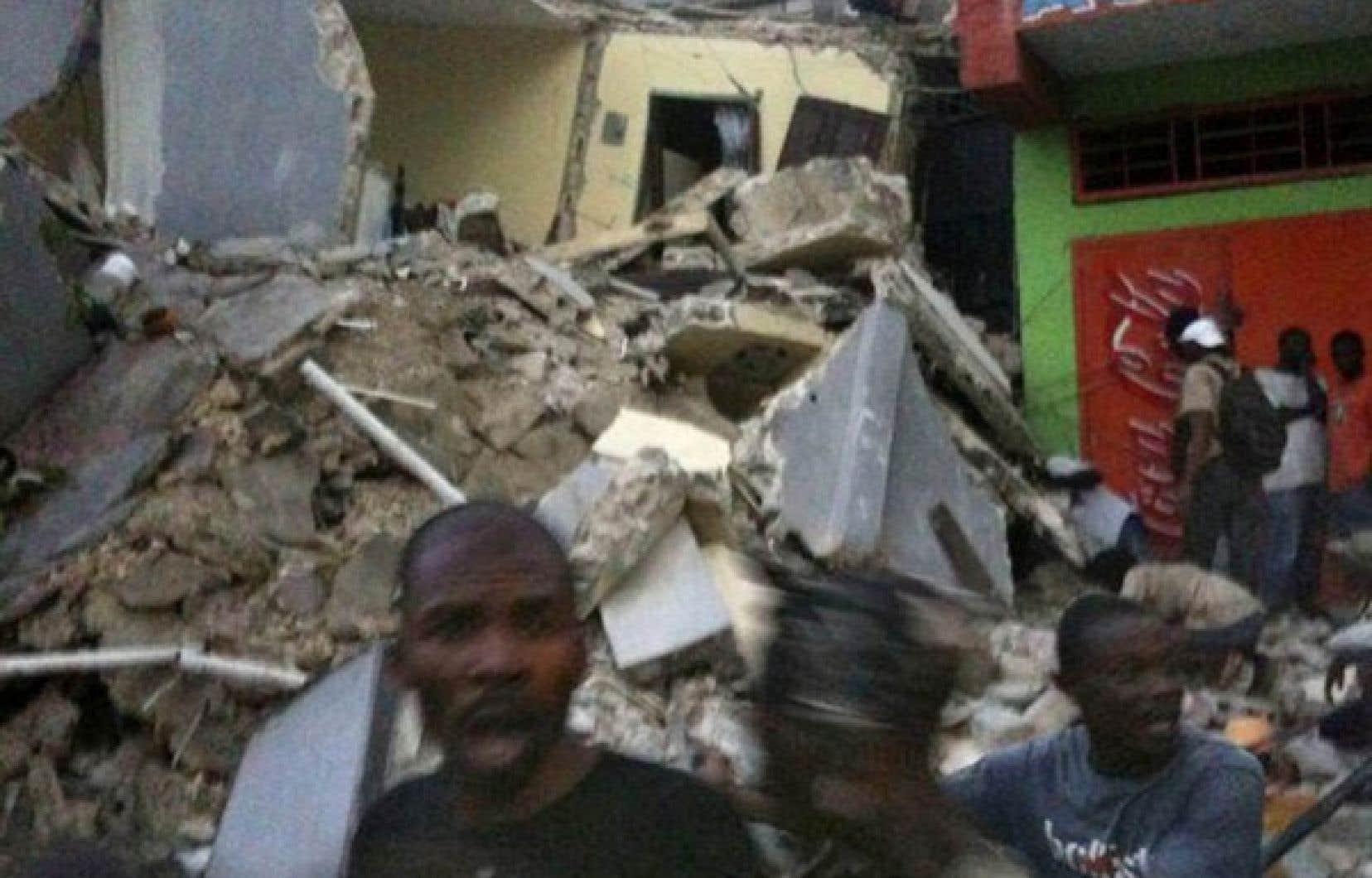 Cette photo transmise sur Twitter montre des habitants de Port-au-Prince affolés après le puissant tremblement de terre qui a frappé Haïti hier.