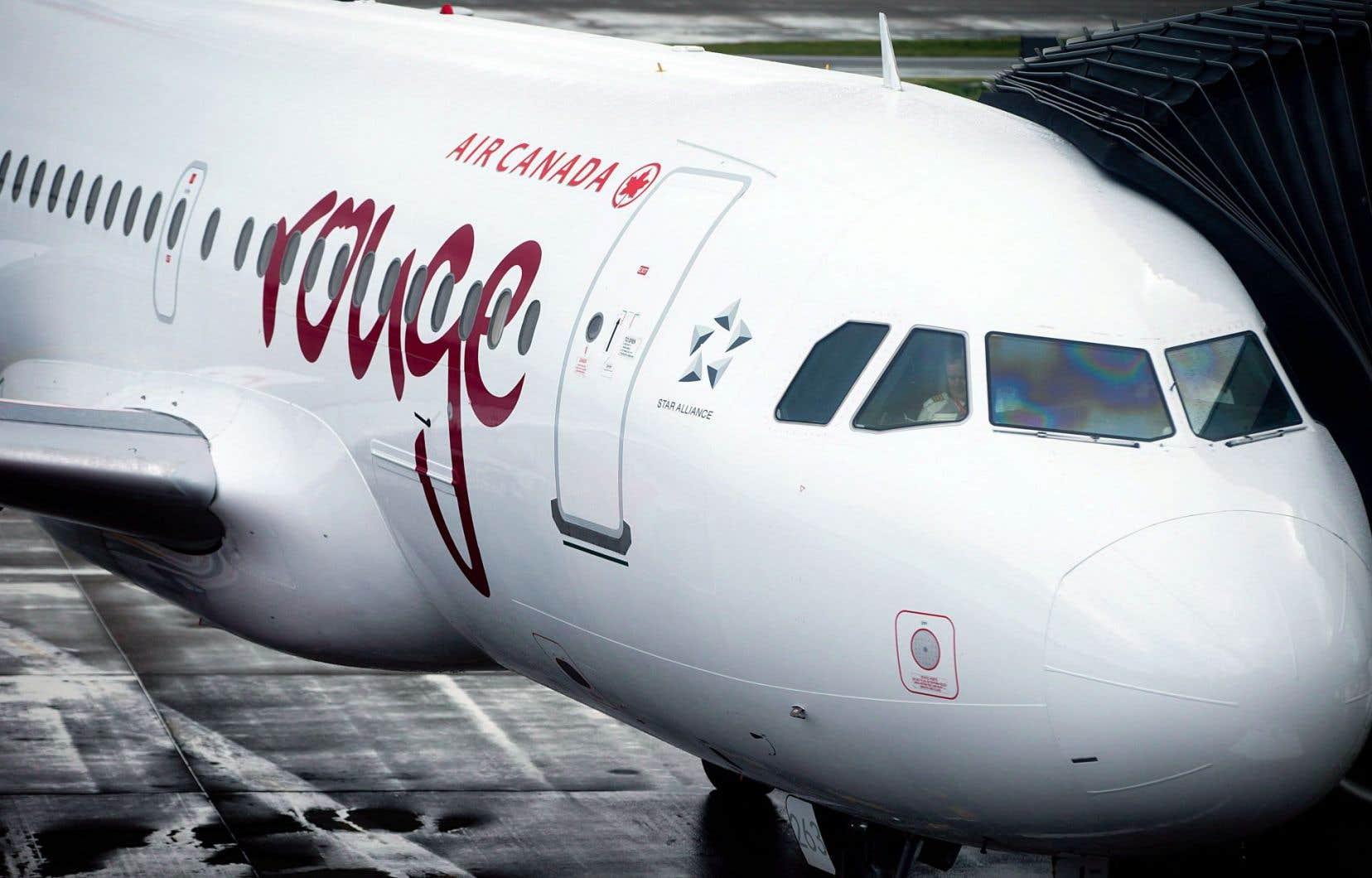 Un avion du transporteur au rabais Air Canada rouge