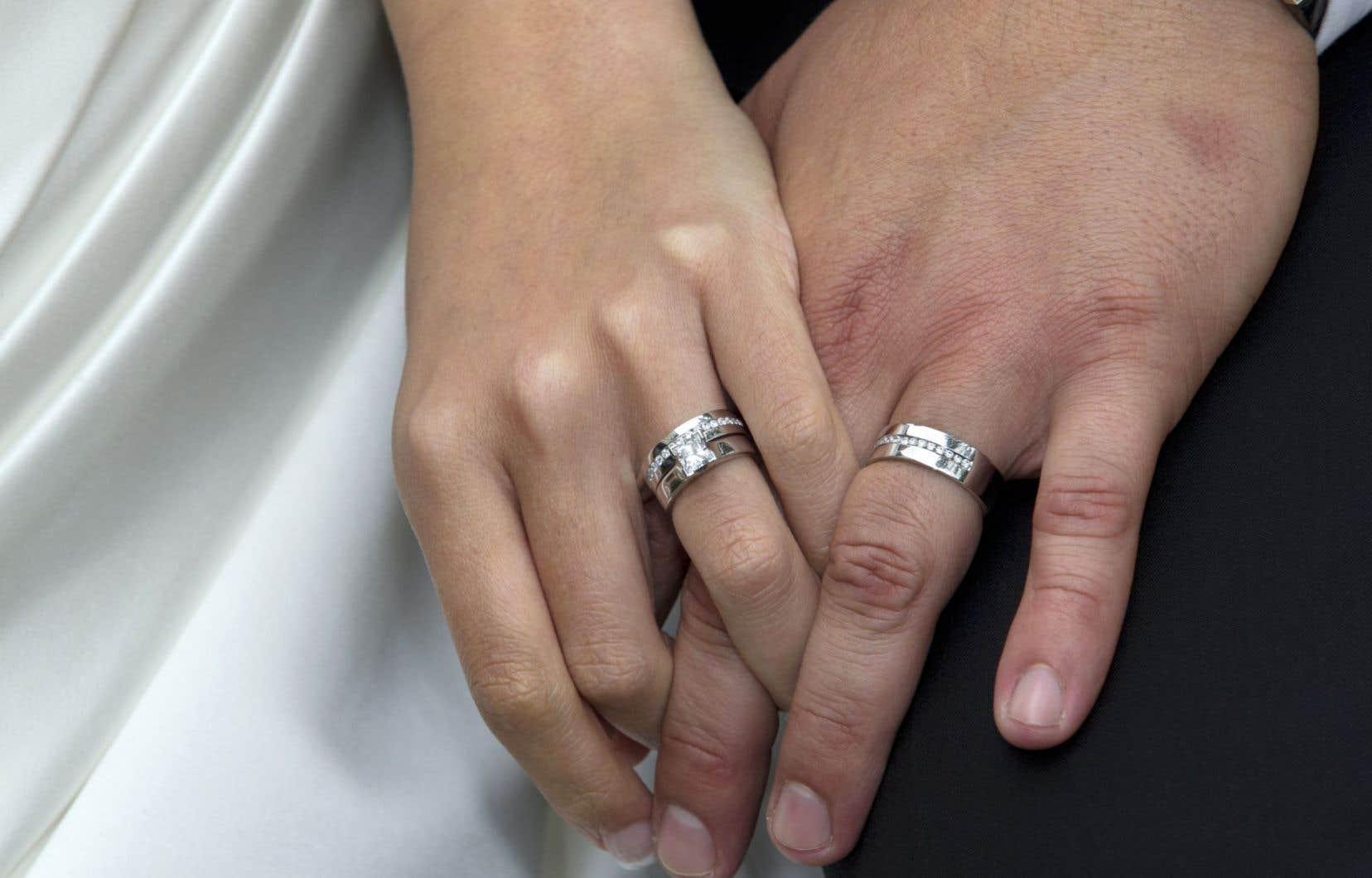 Si l'annulaire porte traditionnellement l'anneau marital dans le monde occidental, la pratique remonterait à l'Antiquité égyptienne.