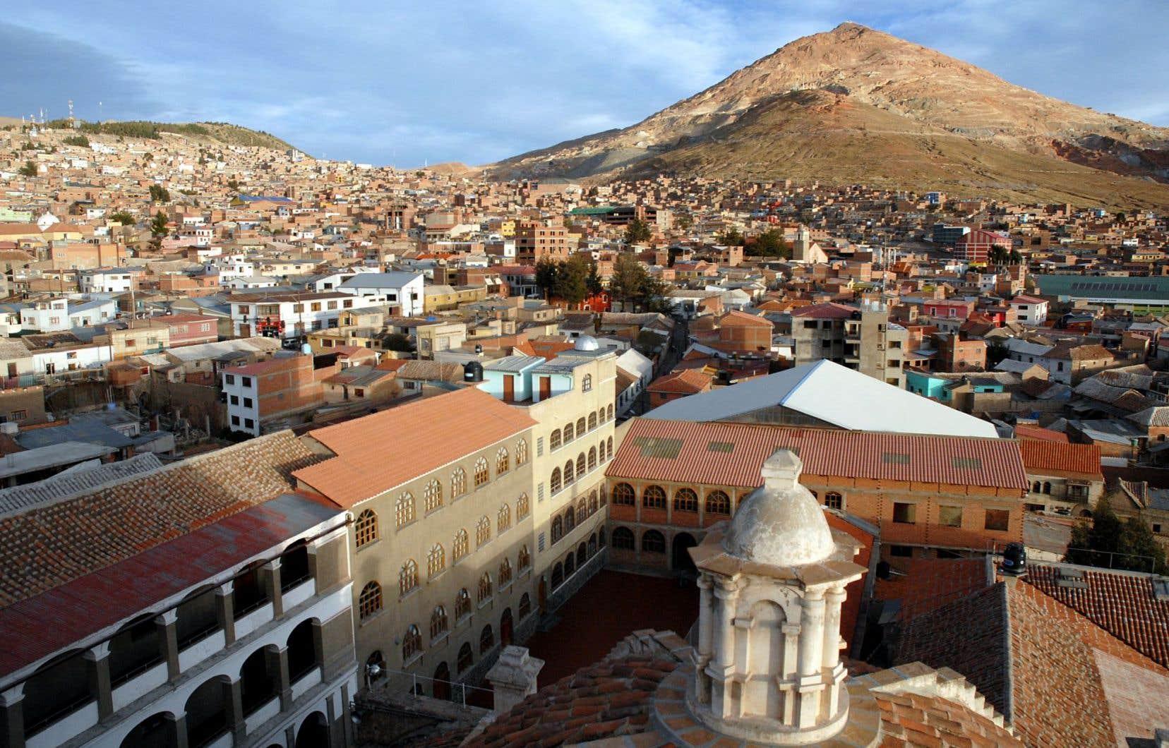 Le Cerro Rico, la «montagne riche» truffée de galeries, domine Potosi du haut de ses 4700 mètres.