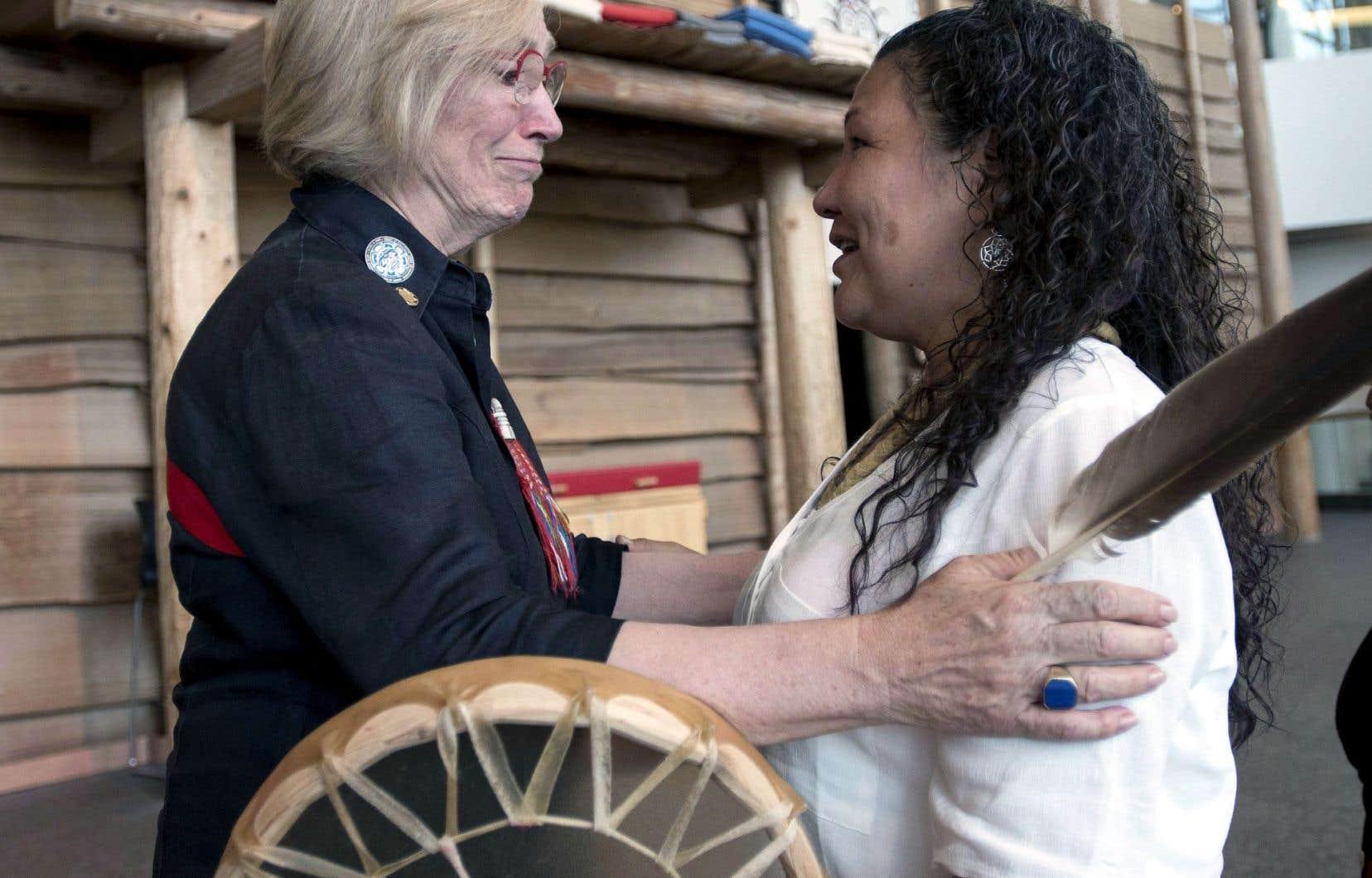 La ministre des Affaires autochtones, Carolyn Bennett, en compagnie de Ceejai Julian, une autochtone qui a perdu deux sœurs.