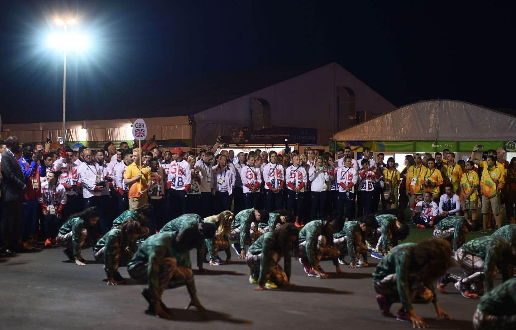Des athlètes britanniques assistent à une petite cérémonie d'accueil dans le village olympique, à quelques jours de l'ouverture des Jeux olympiques de Rio.