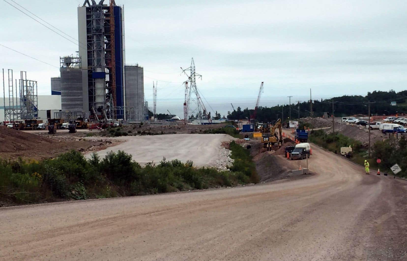En janvier2014, MmeMarois, accompagnée de l'homme d'affaires Laurent Beaudoin (Bombardier), proclame la mise en chantier d'une cimenterie, en Gaspésie, au coût total de 1milliard.