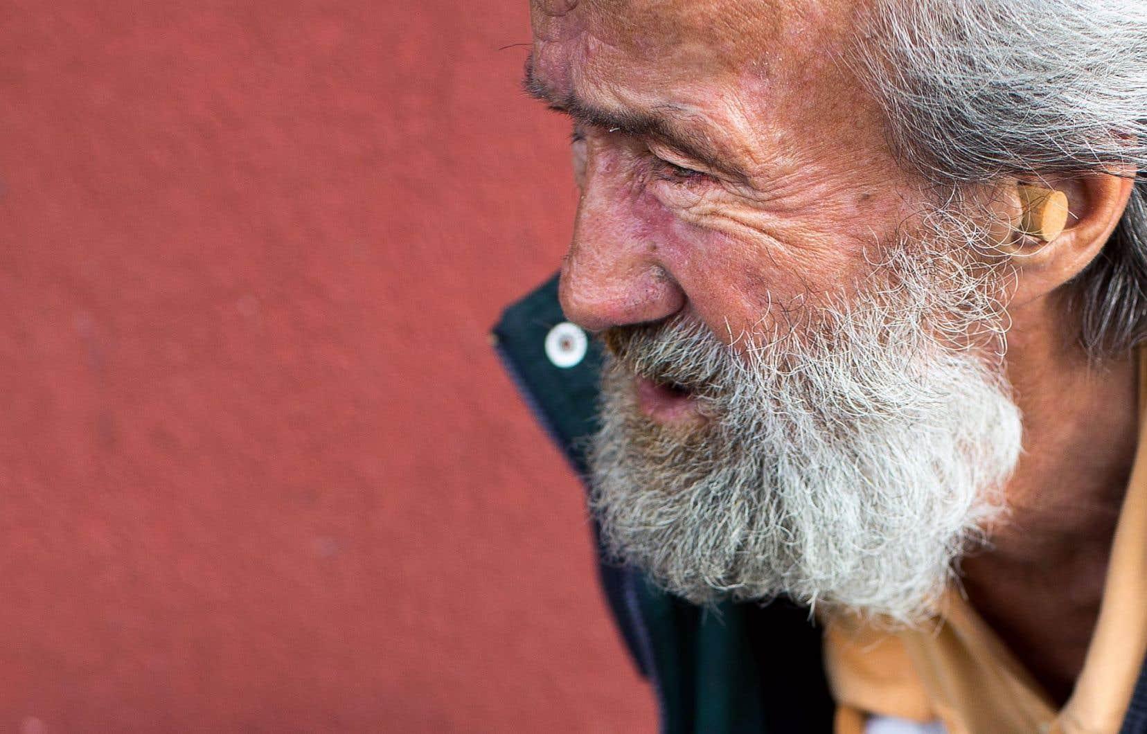 Raymond, le sans-abri qui apparaît dans les vidéos, a été rencontré aux abords du métro Papineau, où auraient eu lieu les deux agressions.