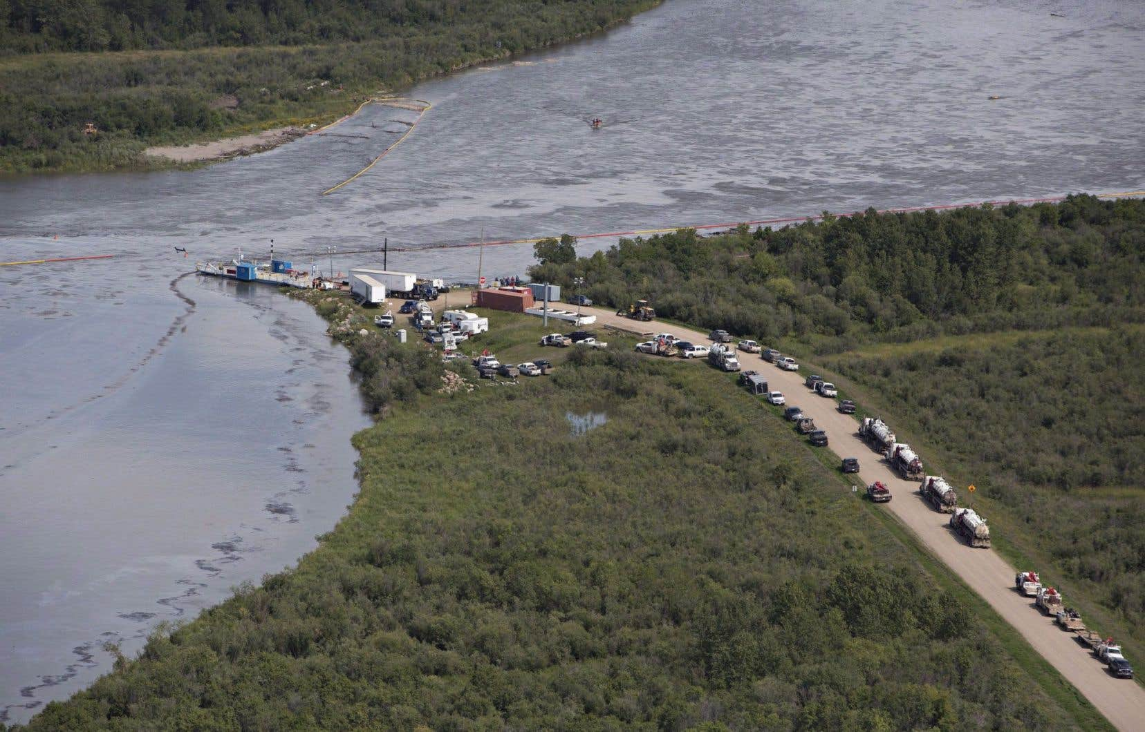 Quelque 250000 litres de pétrole mélangé à un hydrocarbure plus léger ont été déversés dans le cours d'eau près de la ville de Maidstone en raison d'une fuite dans un oléoduc repérée le 21juillet.