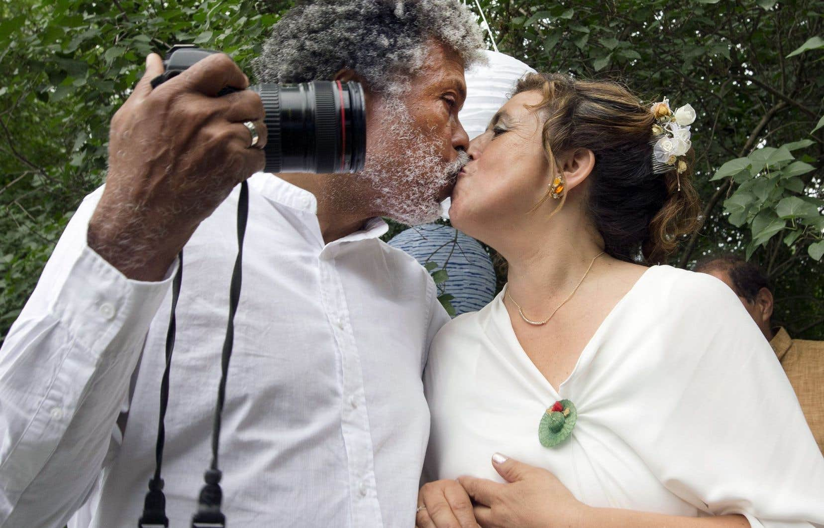Daniel Morel a saisi dans un égoportrait le baiser qui a suivi la cérémonie de son mariage avec Marcela Escribano.