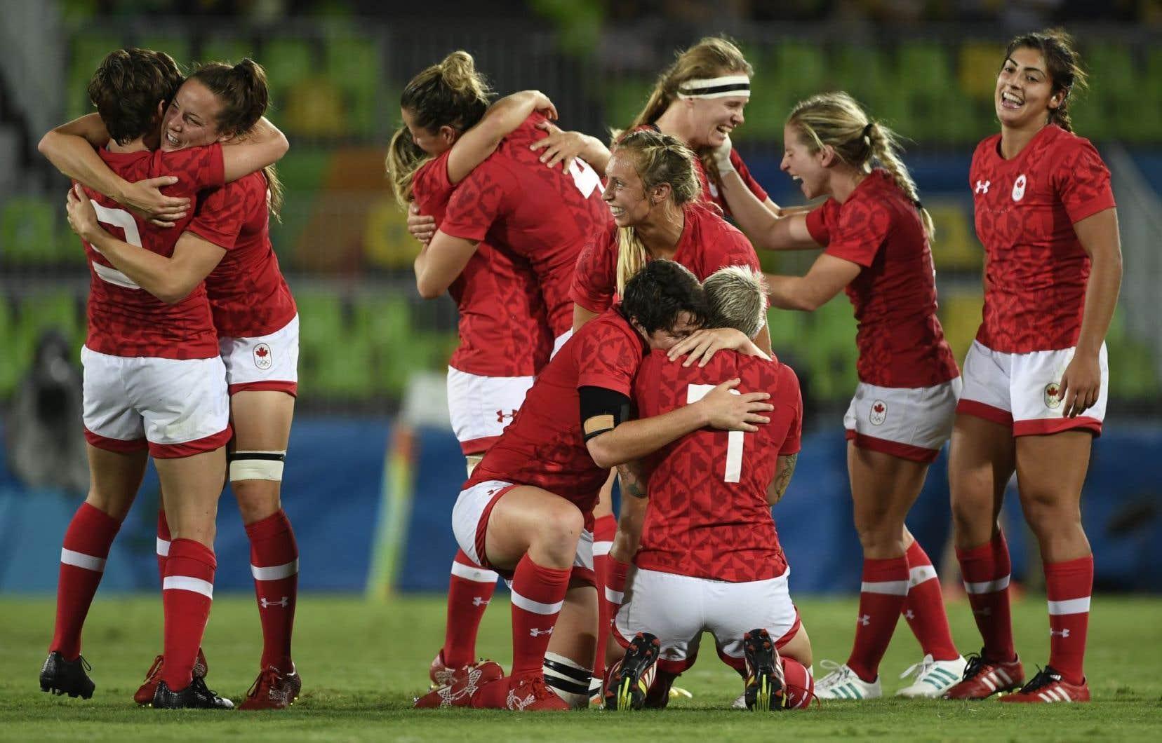 Les membres de l'équipe canadienne de rugby à sept célèbrent leur victoire contre la Grande-Bretagne, lundi.