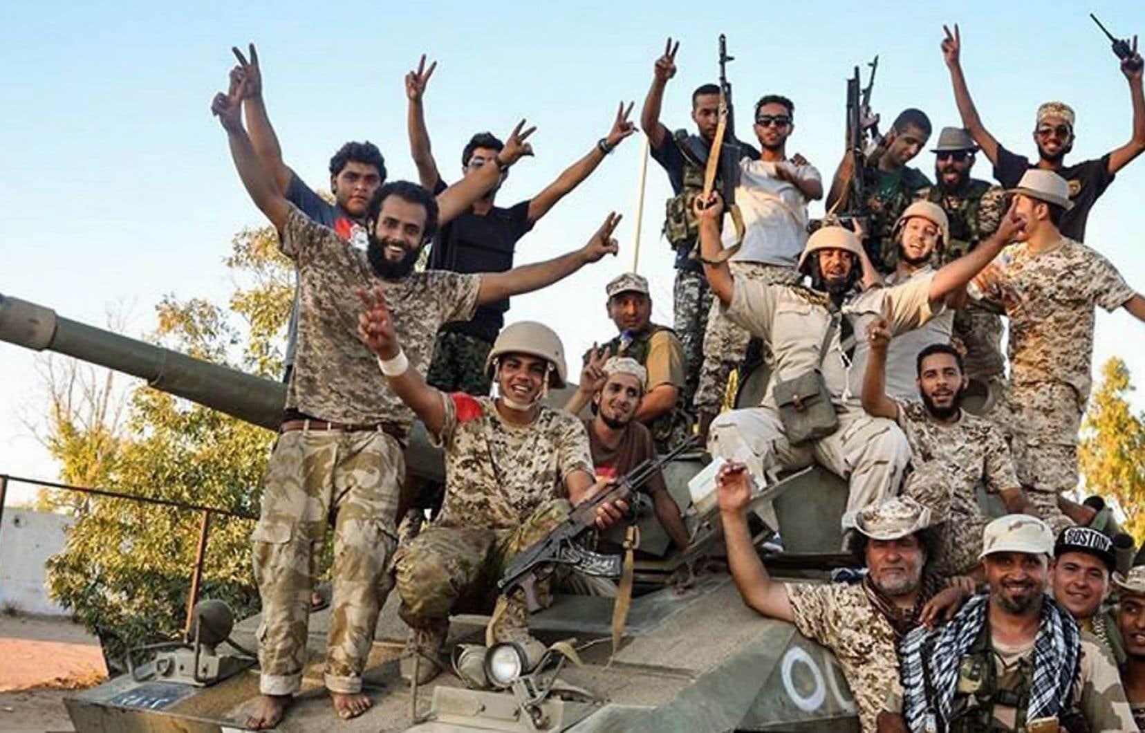 Plusieurs chaînes de télévision libyennes ont diffusé des images des soldats dans les zones «libérées», où ils posaient pour des photographes.