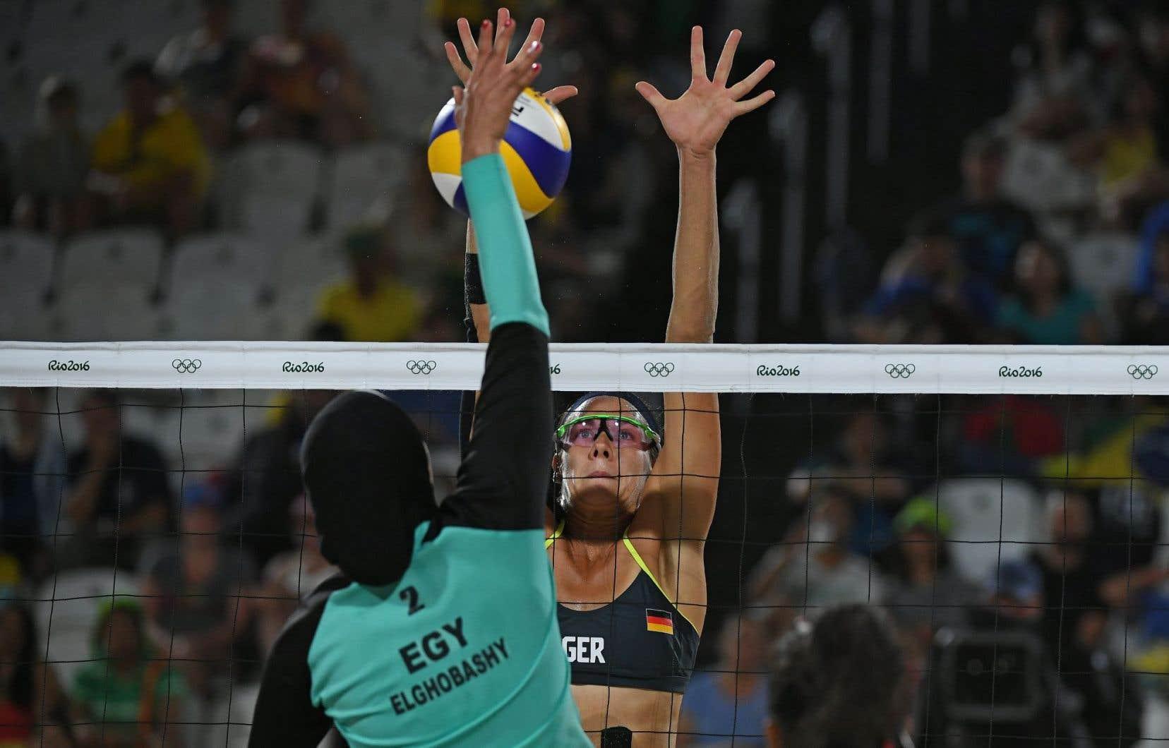 L'Égyptienne Doaa Elghobashy et l'Allemande Kira Walkenhorst lors de leur match de beach-volley à Rio.