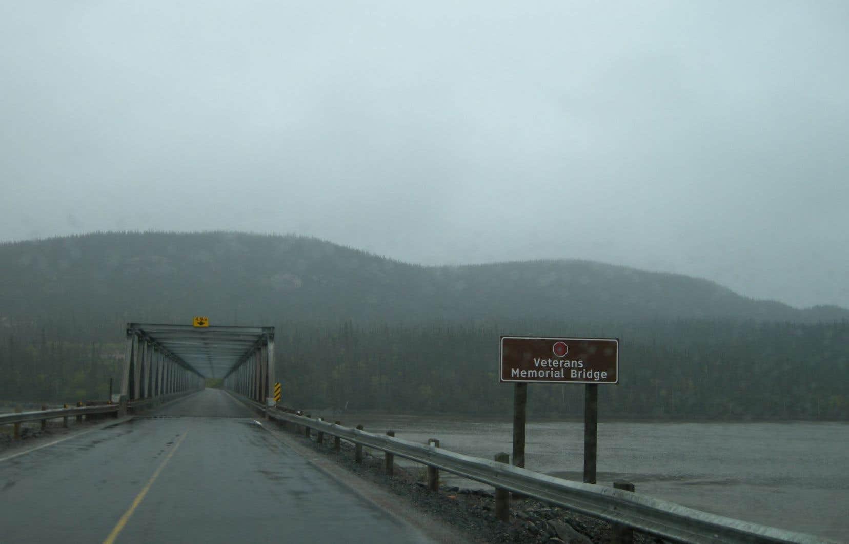 Après le Veterans Memorial Bridge, la route s'étire sur 392 kilomètres avant qu'on recroise toute trace de vie organisée.