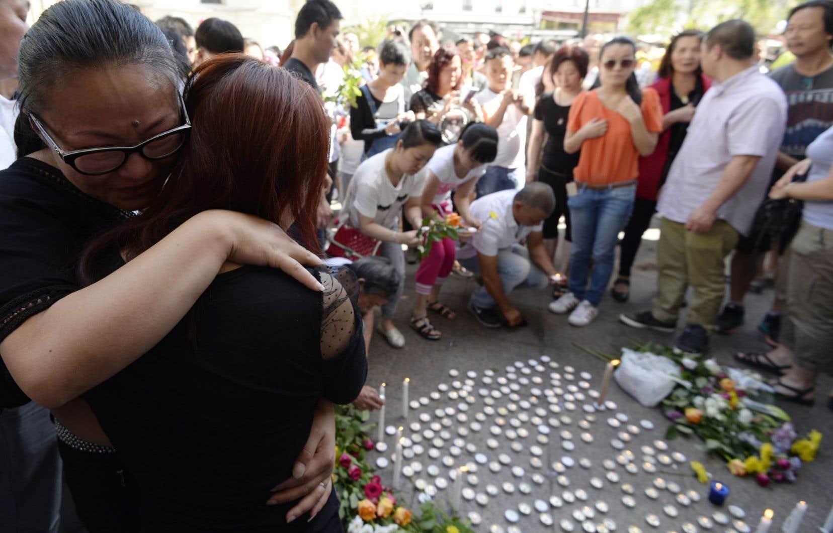 Les manifestants sont venus déposer fleurs et bougies devant l'hôtel de ville en hommage à Zhang Chaolin, 49ans, père de deux enfants, mort vendredi après cinq jours de coma.