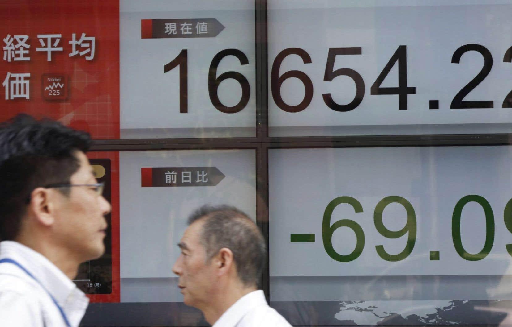 Le Japon ne peut plus compter sur son moteur de croissance historique, les exportations, qui ont chuté de 1,5% sur la période passée en revue dans un contexte de ralentissement de la Chine et des autres marchés émergents d'Asie.