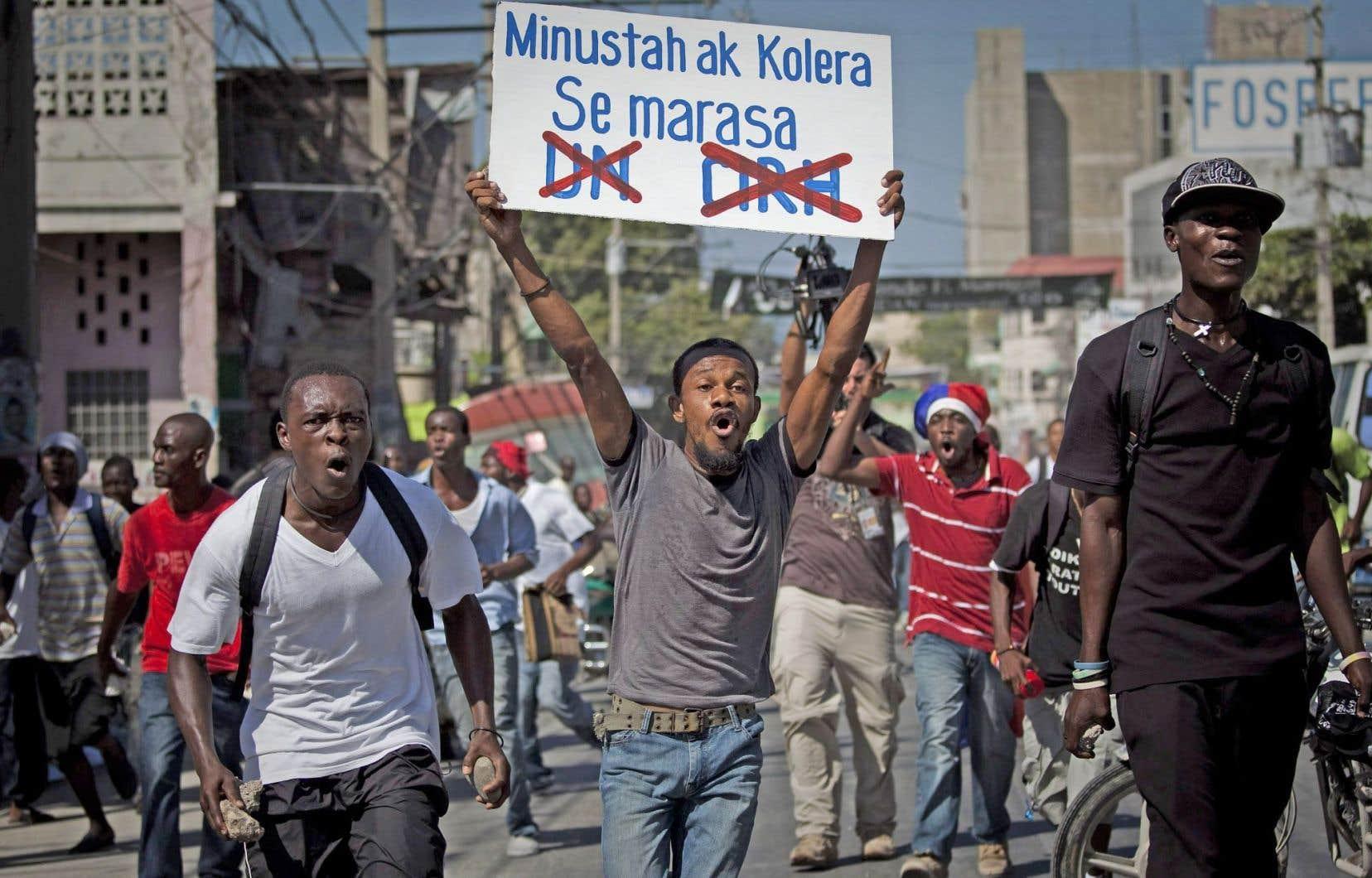 «Minustah et choléra vont de pair», dénonçait-on dans cette manifestation datant de 2010, alors que les souçons se tournaient vers les Casques bleus.