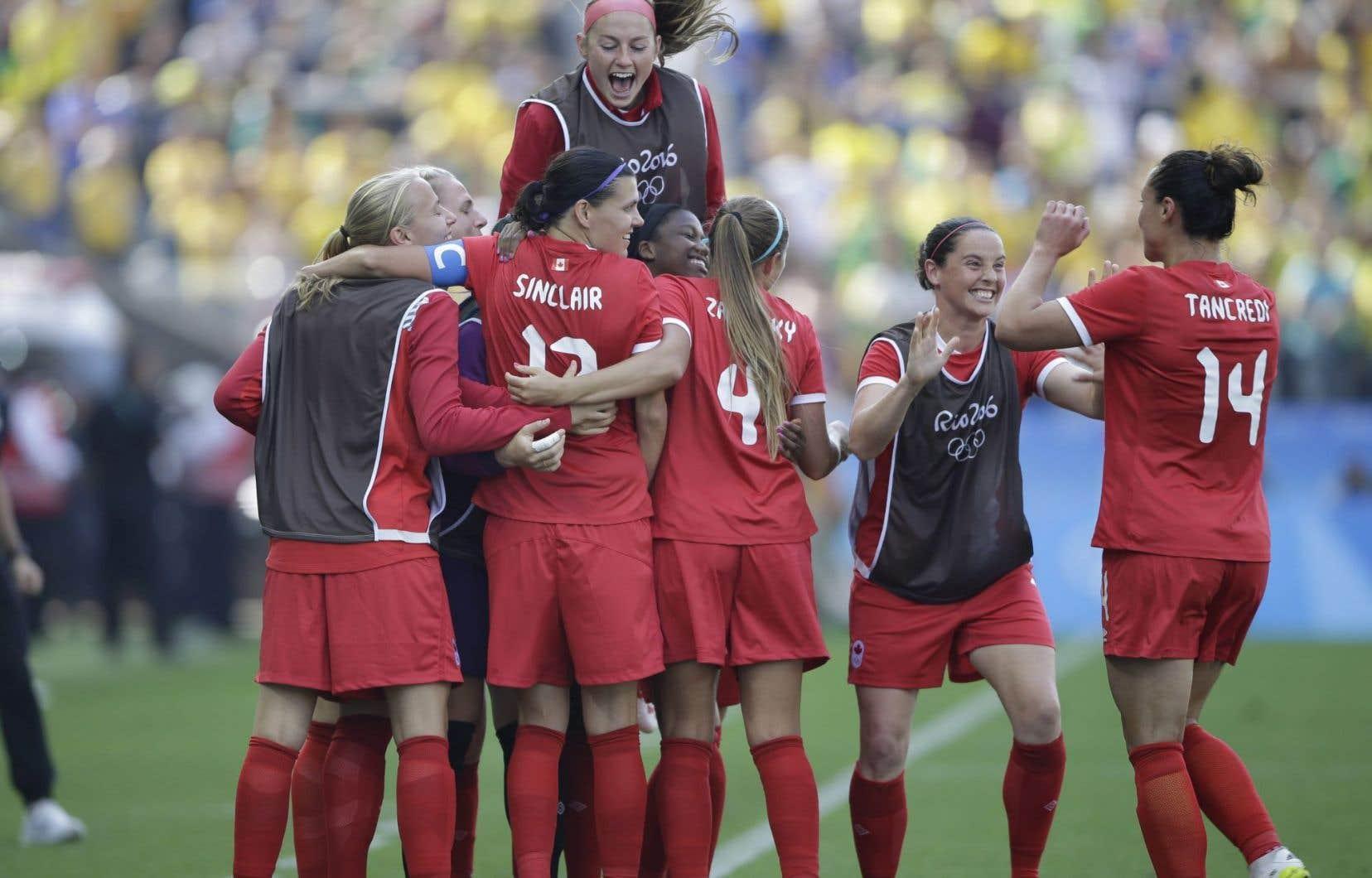 Les Canadiennes célèbrent leur victoire contre le Brésil qui leur a valu la médaille de bronze, vendredi, à Rio.