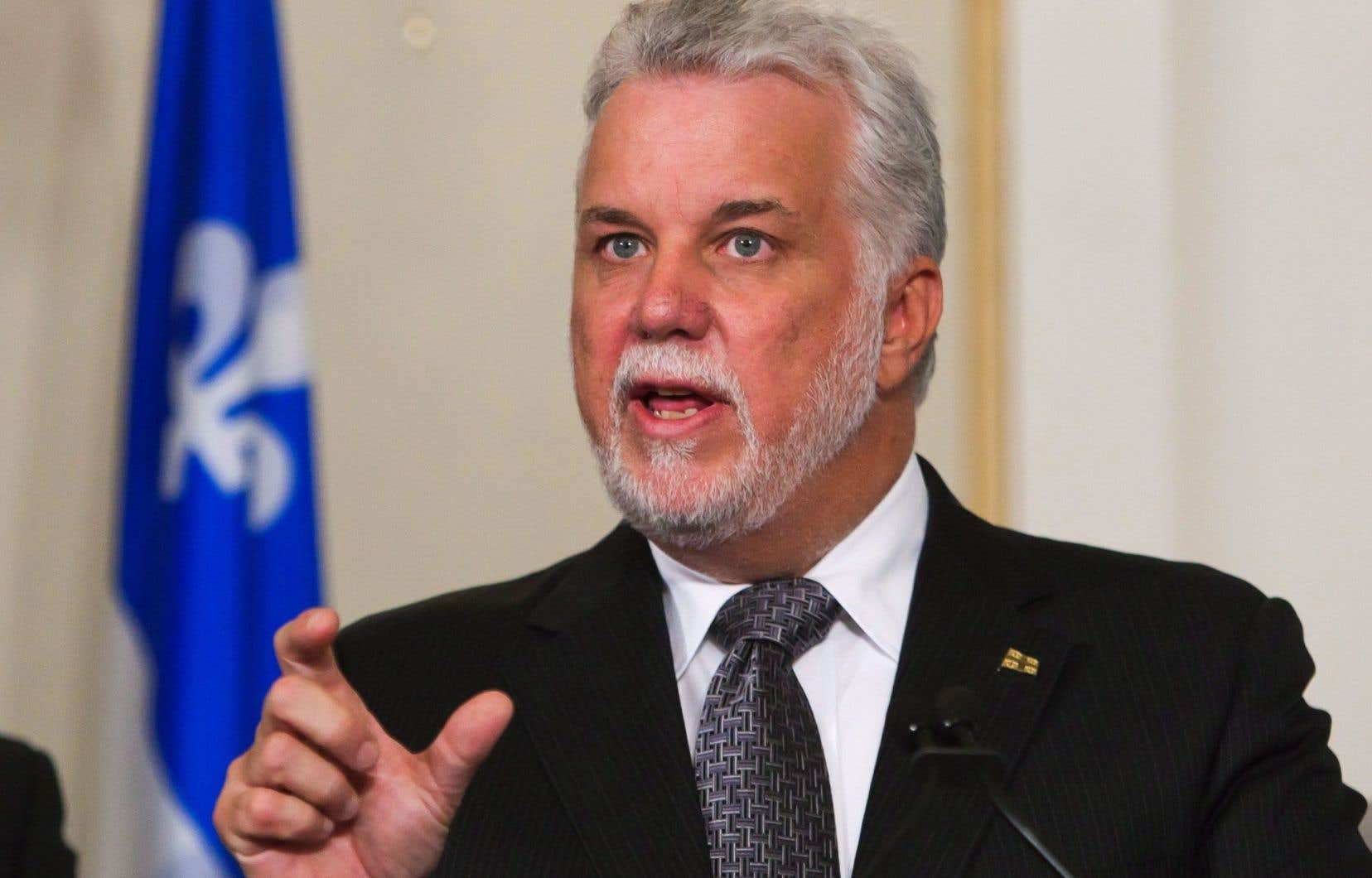 Le premier ministre Philippe Couillard affirme vouloir entendre les deux points de vue (celui des employés et des employeurs) avant de prendre une décision.