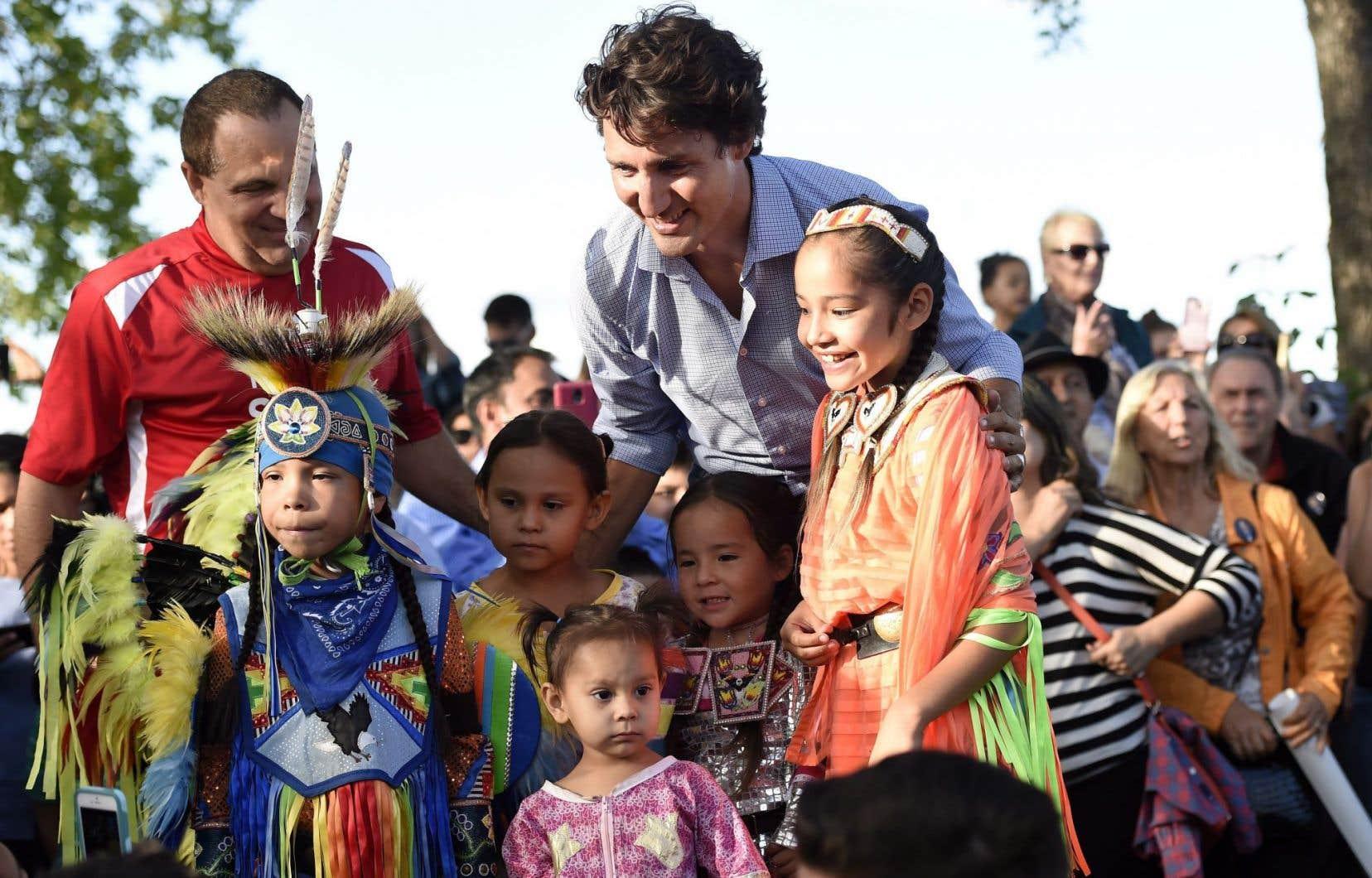 Après avoir réitéré la promesse de son gouvernementd'établir de nouvelles bases dans les relations entre le gouvernement fédéral et les peuples autochtones du Canada, le premier ministre Justin Trudeau s'est prêté au jeu des photos avec des enfants en costumes traditionnels.