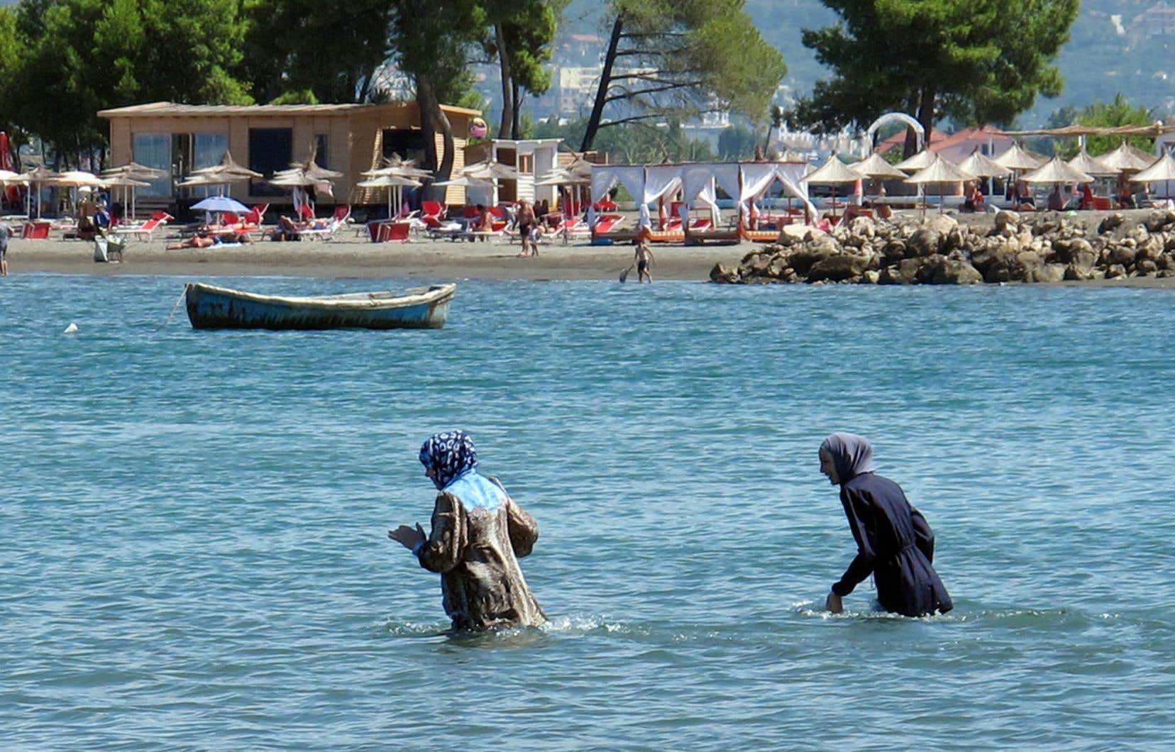 Saisi par des organisations de défense des droits de l'Homme, le conseil d'État a sèchement suspendu la décision du maire de Villeneuve-Loubet, bannissant de ses plages la tenue couvrante portée par certaines musulmanes.
