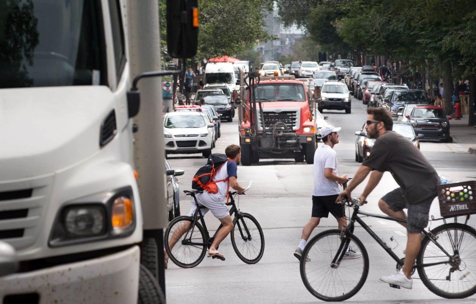 Chaque année, à Montréal, on compte une quarantaine de collisions déclarées impliquant un cycliste et au moins un véhicule lourd, selon les derniers chiffres de la SAAQ.