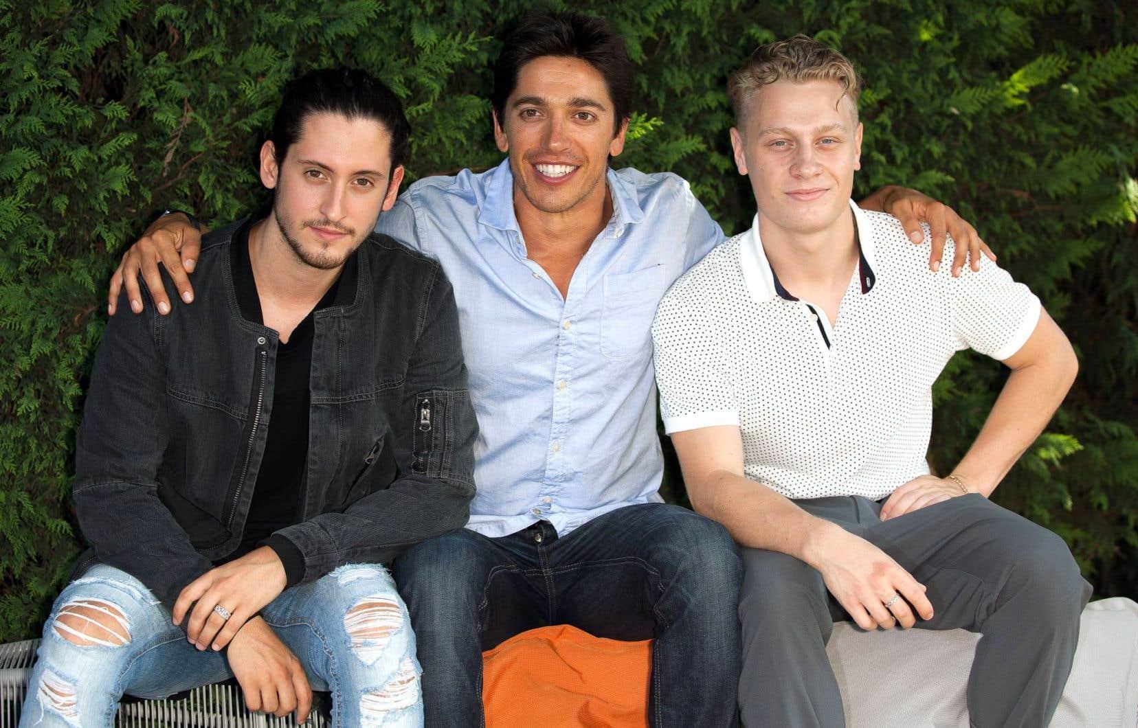 Les acteurs Lou-Pascal Tremblay et Antoine-Olivier Pilon entourent Yan England, réalisateur de «1:54».