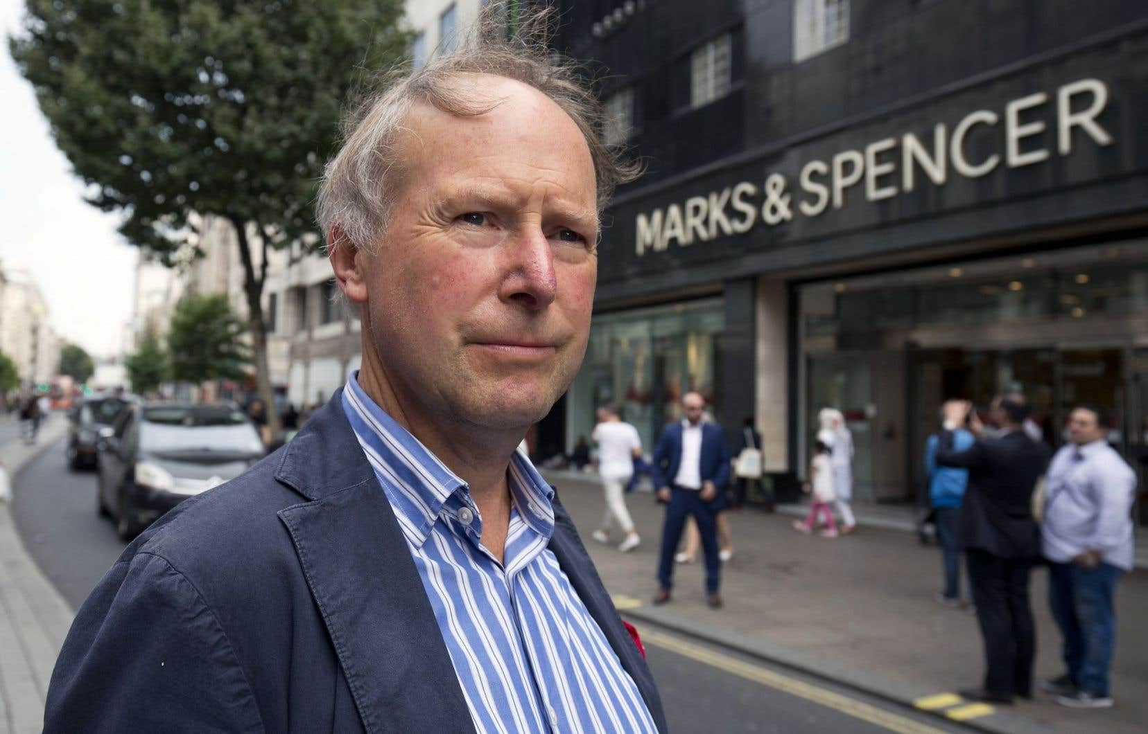 Nigel Rodgers devant un magasin Marks and Spencer sur Oxford Street, à Londres