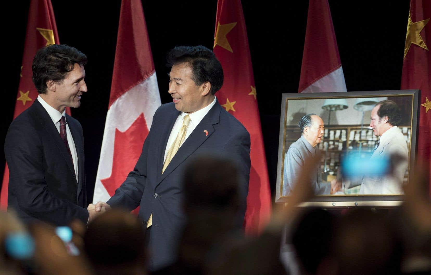 Le premier ministre Justin Trudeau a remercié l'ambassadeur chinois au Canada, Luo Zhaohui, en janvier2016 à Ottawa, après que ce dernier lui eut offert un portrait de son père, Pierre Elliott Trudeau, rencontrant le dirigeant chinois Mao Zedong.