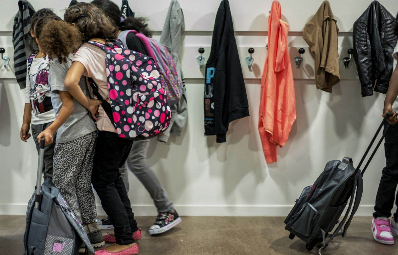 Une école d'Outremont a été la cible de critiques, lundi, quand des enseignantes ont accueilli leurs élèves avec des coiffes autochtones.