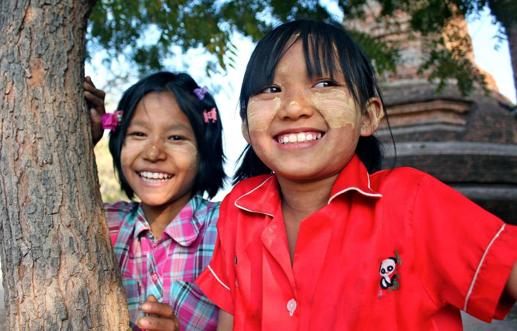 Sourires authentiques pour une touriste vraie, à Bagan, en Birmanie. (Et vœux sincères aux habitants de cette région touchée par un séisme la semaine dernière.)