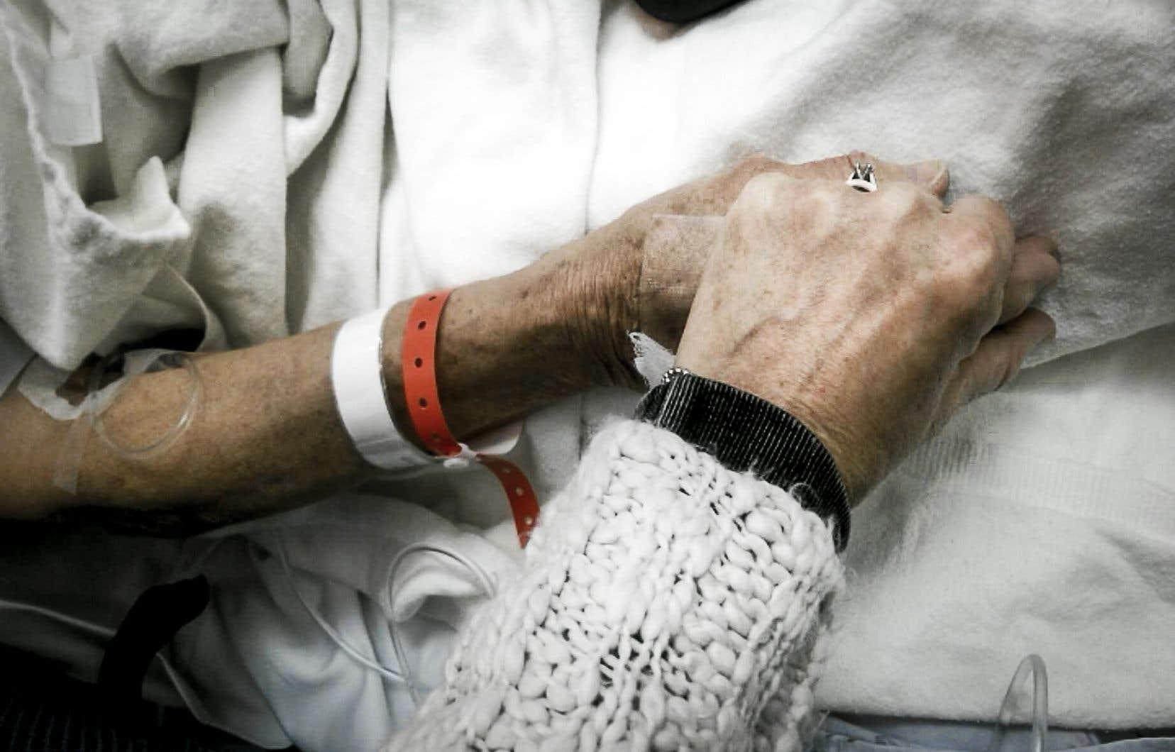 La loi fédérale sur l'aide à mourir, adoptée en juin dernier, précise que le traitement de la demande doit se faire en 10 jours ou moins.