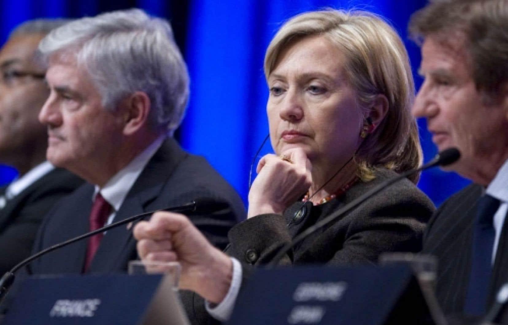 La secrétaire d'État américaine, Hillary Clinton, entourée du premier ministre haïtien, Jean-Max Bellerive, et de ses homologues canadien et français, Lawrence Cannon et Bernard Kouchner.