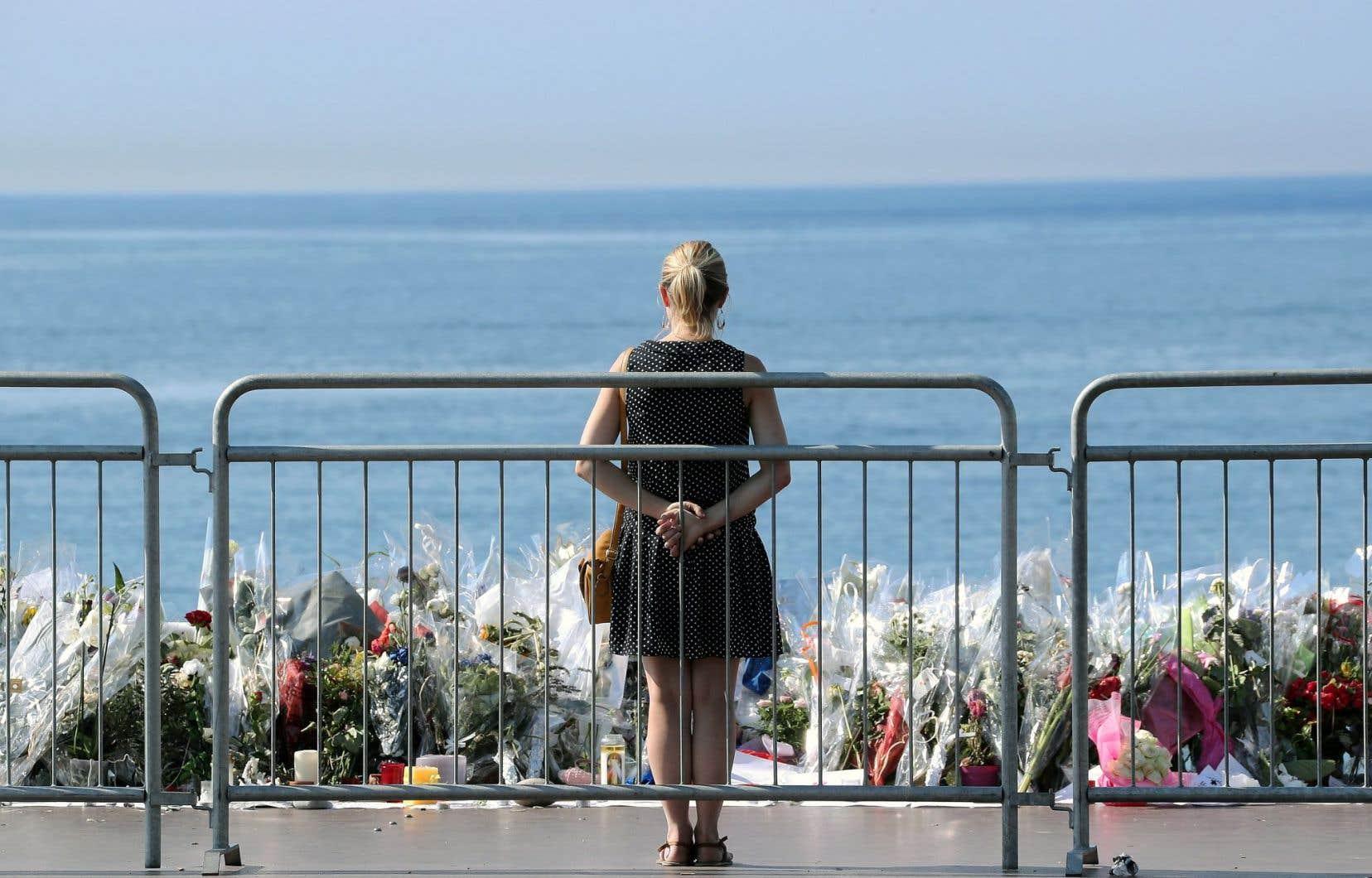 Un lieu de recueillement a été aménagé non loin de la promenade des Anglais, où a eu lieu l'attentat survenu à Nice le 14juillet.