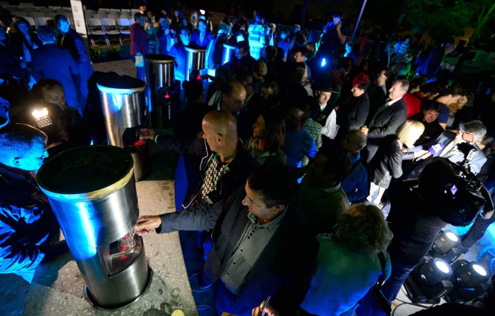 De nombreux curieux ont assisté à l'inauguration de la « fontaine à bière » de Zalec.