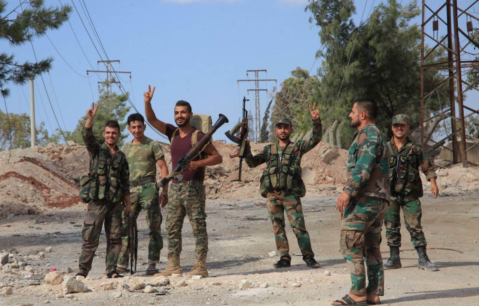 Des soldats du régime, après la reprise de zones stratégiques dans Alep, le 4 septembre dernier