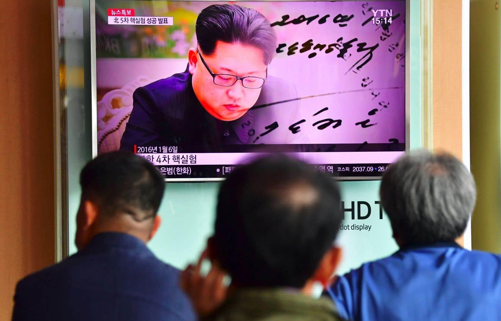 Des Nord-Coréens regardent les actualités montrant le leader coréen, Kim Jong-un, dans une gare de Séoul, à la suite de son nouvel essai nucléaire, le 9septembre.