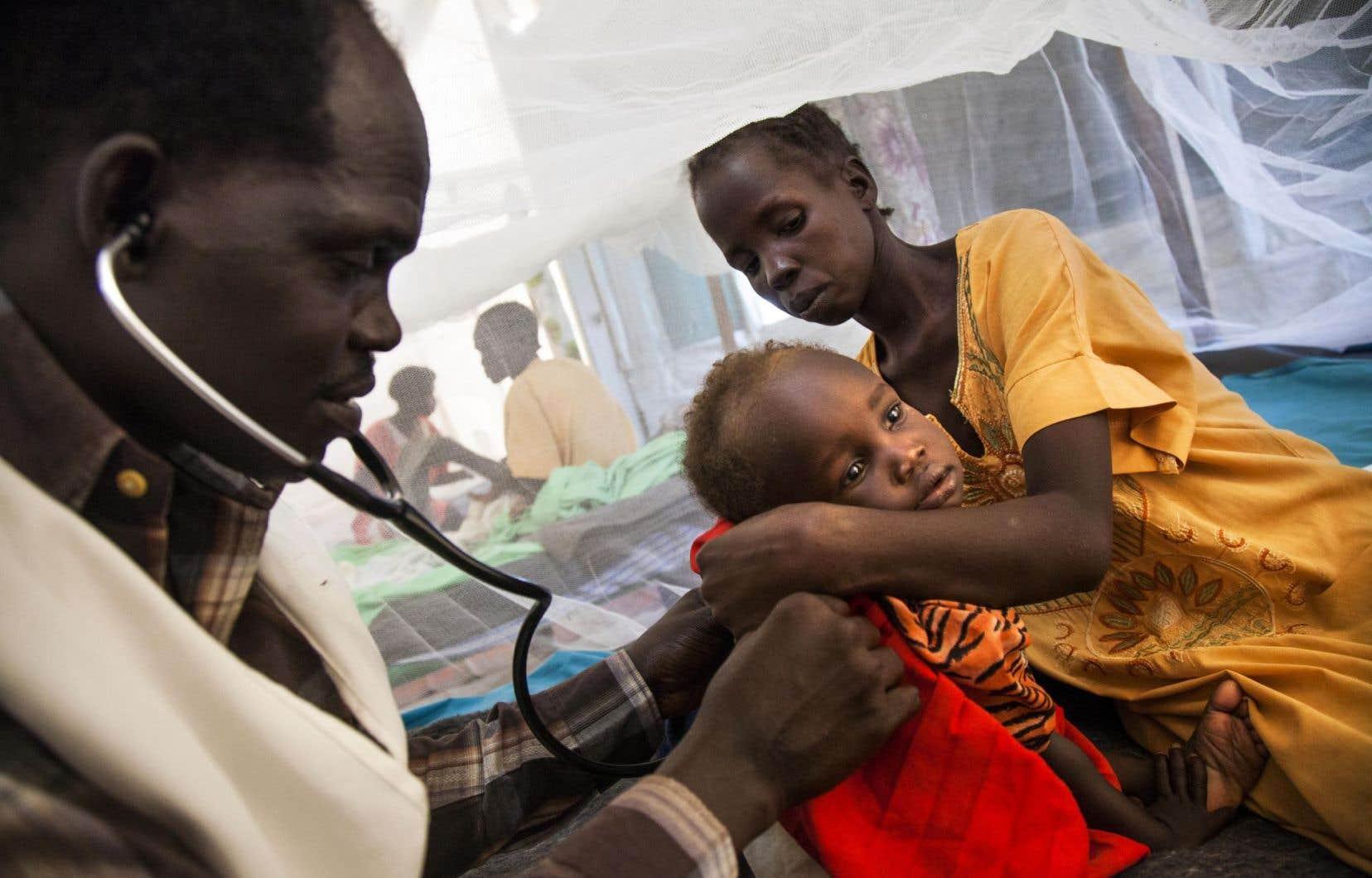 Un médecin de l'organisme Médecins sans frontières examinait une petite fille atteinte de tuberculose à Malakal, au Soudan du Sud, en juin dernier.