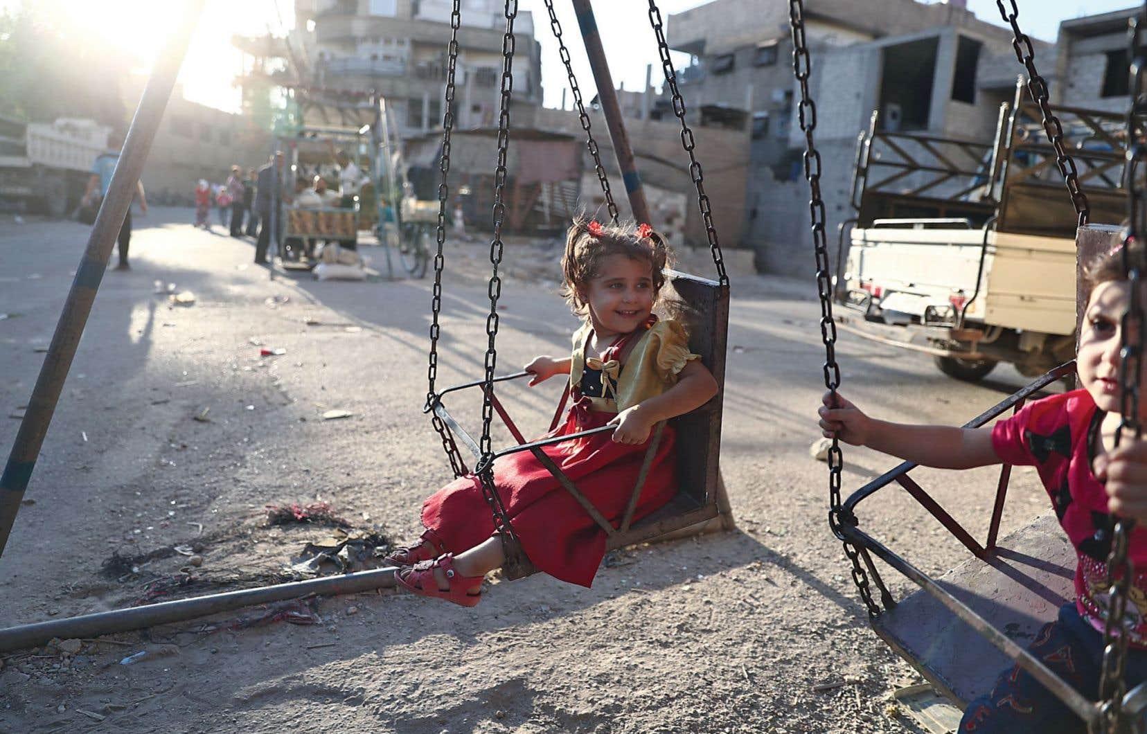 Des enfants de la ville syrienne de Hamouria se sont réapproprié la rue, mercredi, en ce second jour de trêve et troisième jour de l'Aïd al-Adh, la fête la plus importante de l'islam.