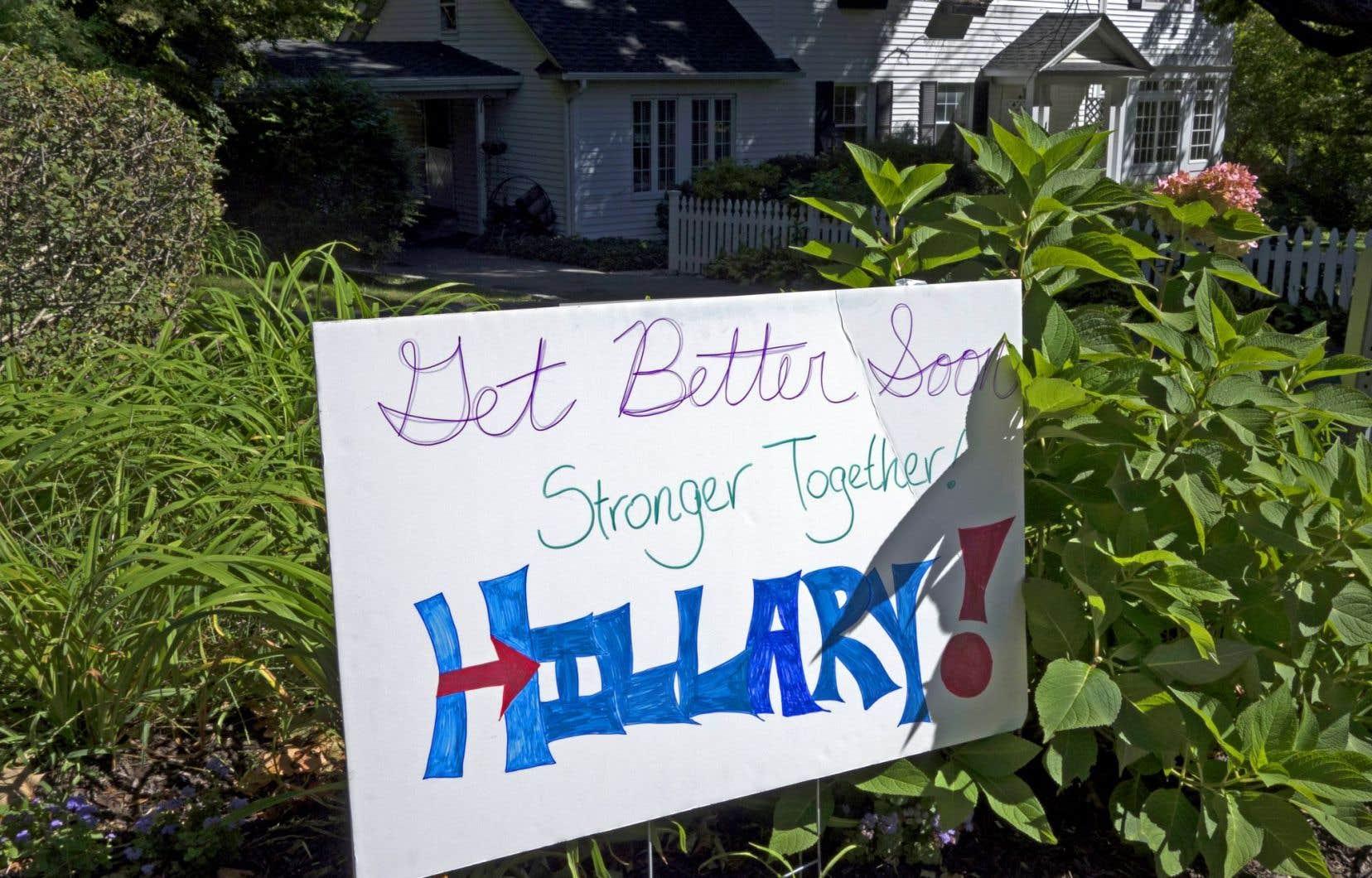Un panneau placé sur la route menant à la résidence des Clinton àChappaqua souhaite un prompt rétablissement à la candidate démocrate.