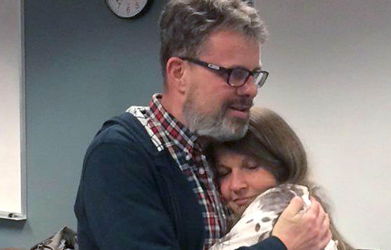 Kevin Garratt retrouve son épouse à l'aéroport international de Vancouver, le 15 septembre.