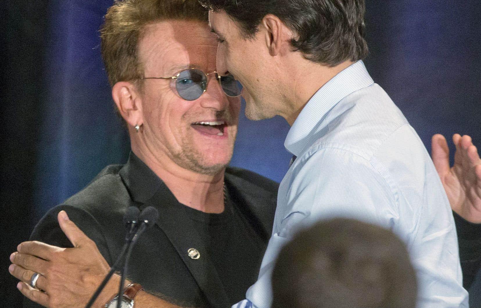 Le chanteur Bono, ici en compagnie du premier ministre, a louangé le Canada pour avoir servi de chef de file dans la lutte contre le sida, la tuberculose et le paludisme.