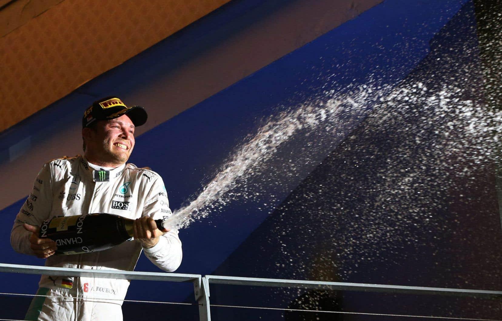 NicoRosberg s'est donné la meilleure chance possible de signer une troisième victoire consécutive après avoir enregistré un chrono de 1 minute 42,584 secondes sur le circuit urbain de Marina Bay.