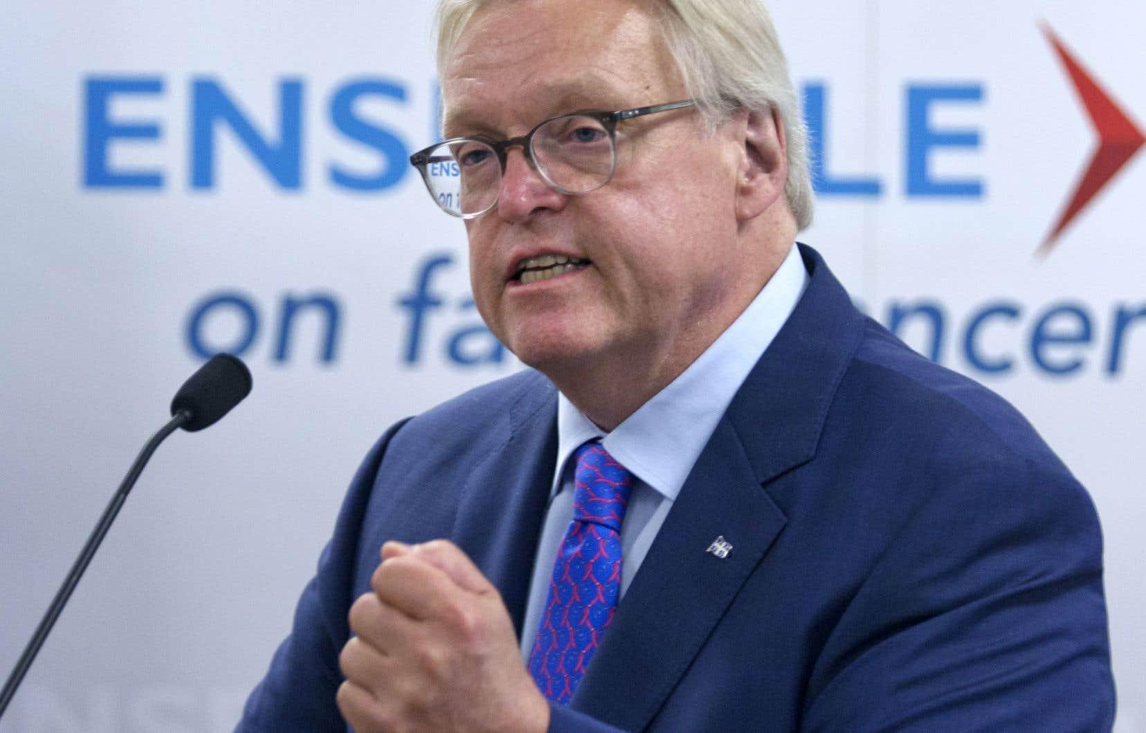Le ministre de la Santé, Gaétan Barrette, a qualifié la lettre de son homologue fédérale, dans laquelle elle annonce vouloir réclamer remboursement à Québec, de «spectacle», lundi en point de presse.