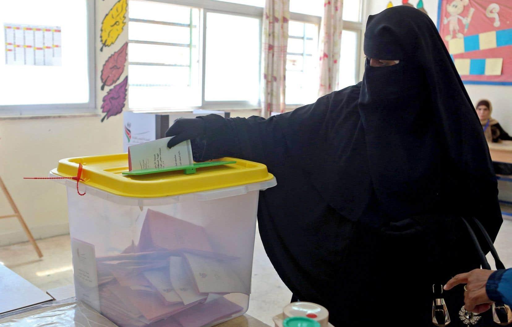 À 19h locales, plus de 1,4million de Jordaniens avaient voté, plus que lors du dernier scrutin de 2013 (1,2million), selon la commission électorale qui n'a pas communiqué le taux de participation.