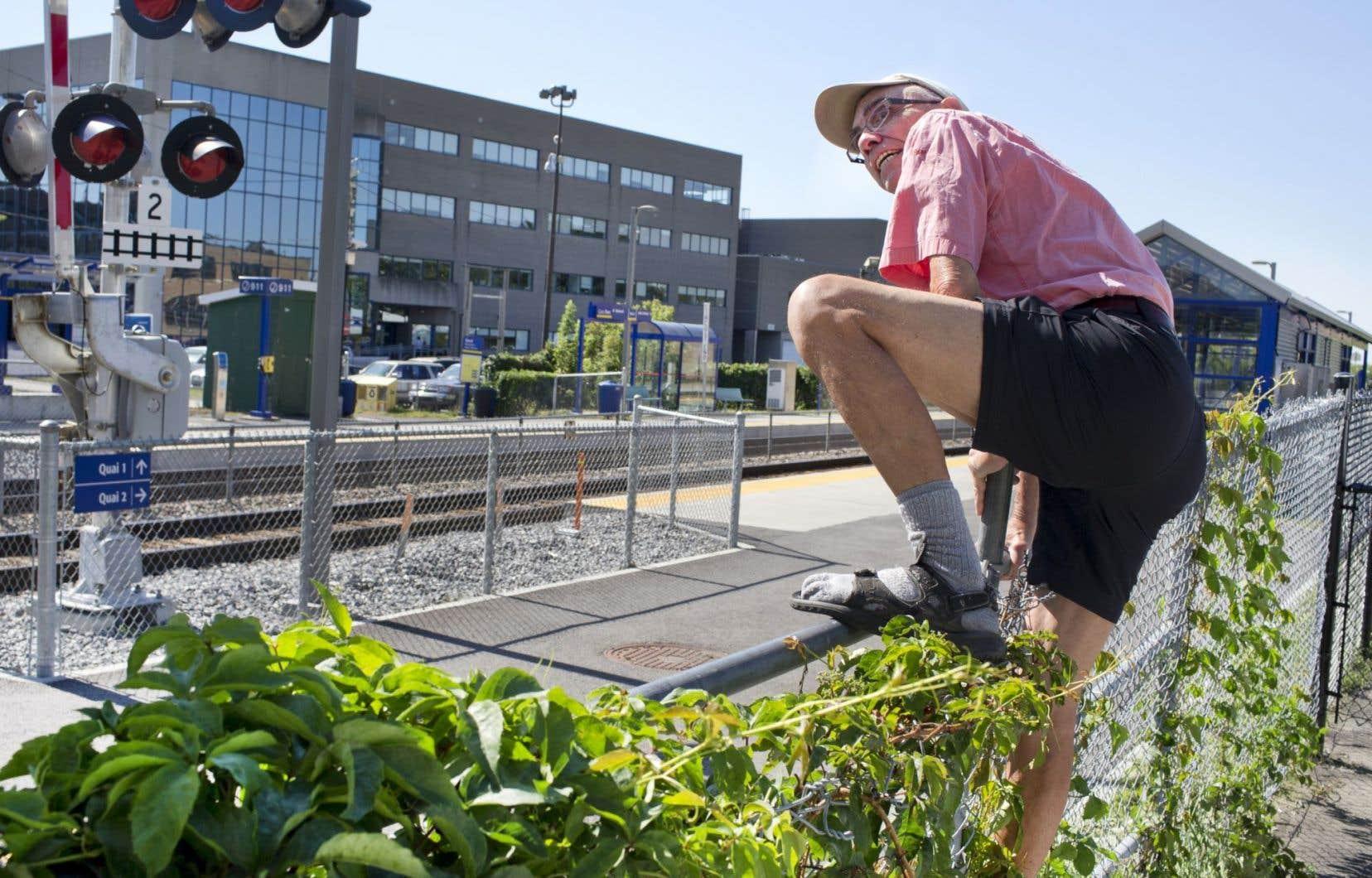 Alors que le litige entre la Ville de Montréal et le Canadien Pacifique perdure, les citoyens continuent de traverser les voies illégalement.