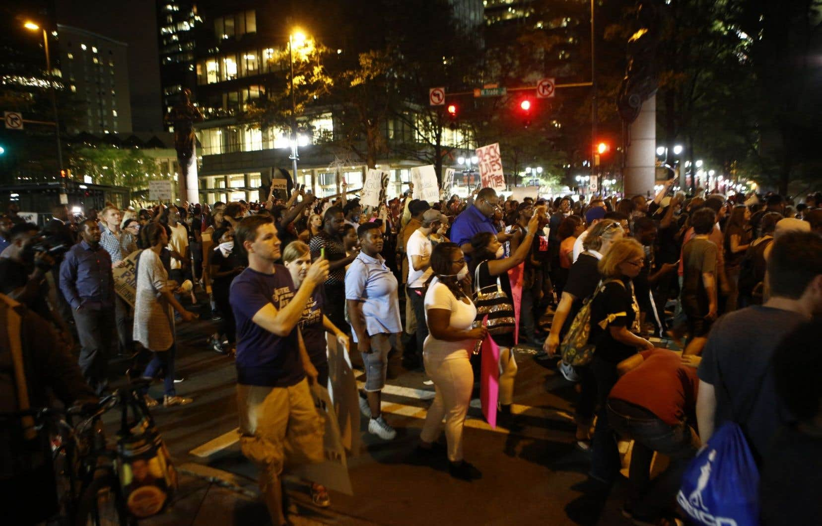 Une atmosphère calme régnait parmi les quelques centaines de manifestants qui arpentaient les rues, en début de soirée.