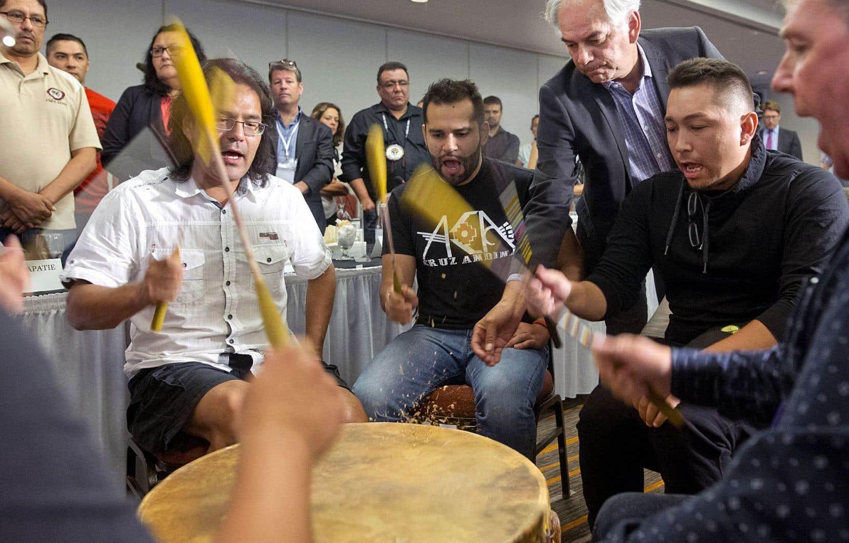 La cérémonie de signature tenue jeudi à Montréal. Le «Traité autochtone» prévoit que les Premières Nations signataires s'engagent à «interdire» l'utilisation de leurs «territoires» pour des projets qui faciliteraient l'expansion de la production pétrolière albertaine.