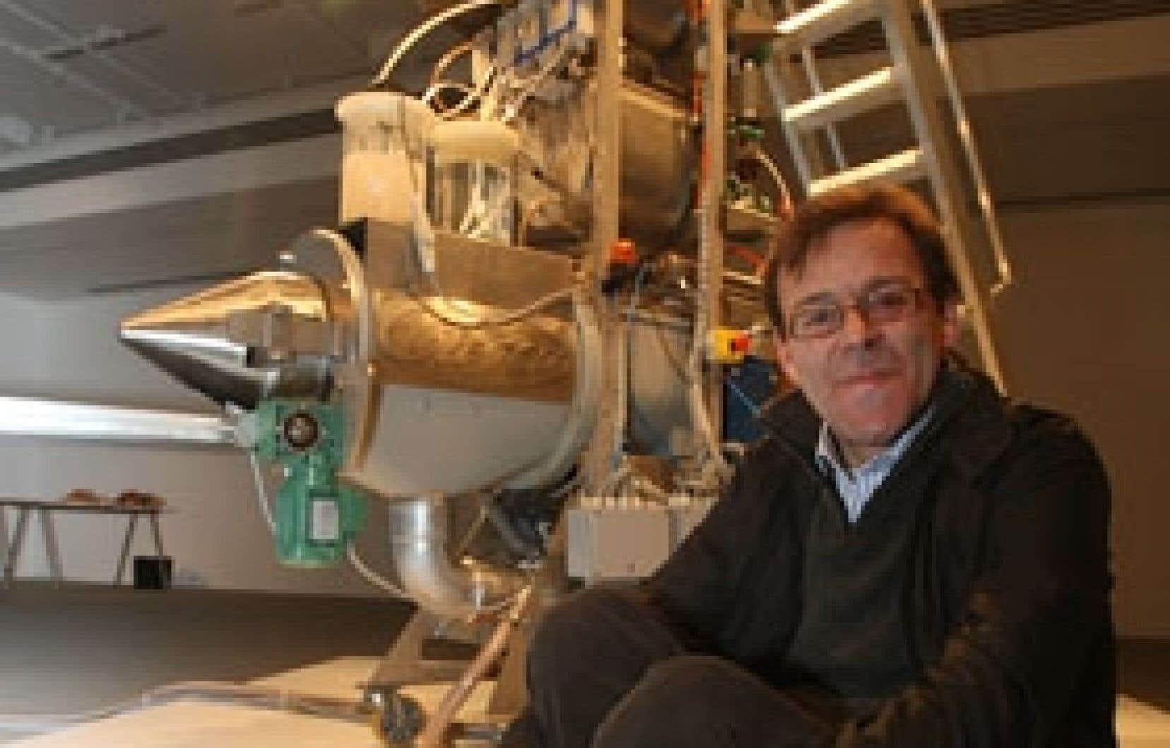 Wim Delvoye et le Cloaca no 5 exposé à la galerie de l'UQAM.