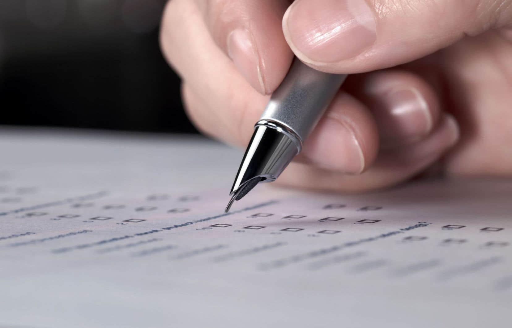 Statistique Canada évalue que le recensement de 2016 coûtera plus de 700millions de dollars, ce qui comprend une période de sept ans pour préparer, recueillir, analyser et distribuer les résultats.